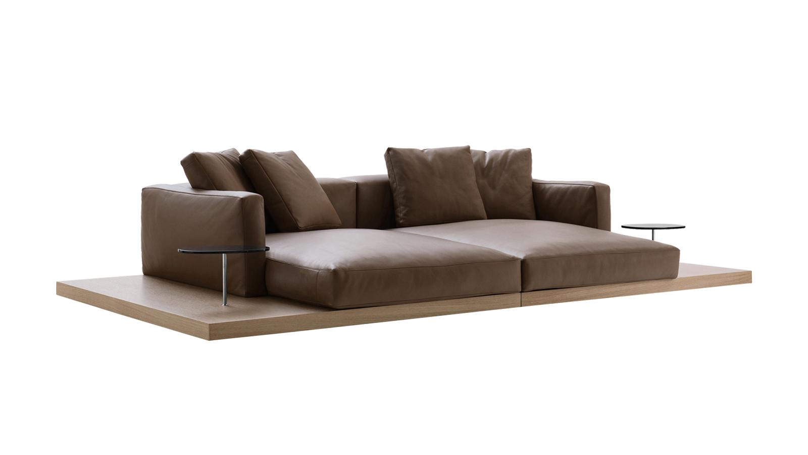 Piero Lissoni kanapérendszere az otthon biztonságos kikötője. A Dock alapját fa platform szolgáltatja, szilárdságát a rajta nyugvó puha párnakompozíció töri meg. A mozgatható ülések és párnák pihenésre szánt terek egész sorát ajánlják fel, akár kényelmes kartámaszt is elhelyezhetünk közöttük. A prémium anyaghasználat olyan puhaságot kölcsönöz a kanapénak, hogy úgy érezhetjük, lágyan ringat minket.