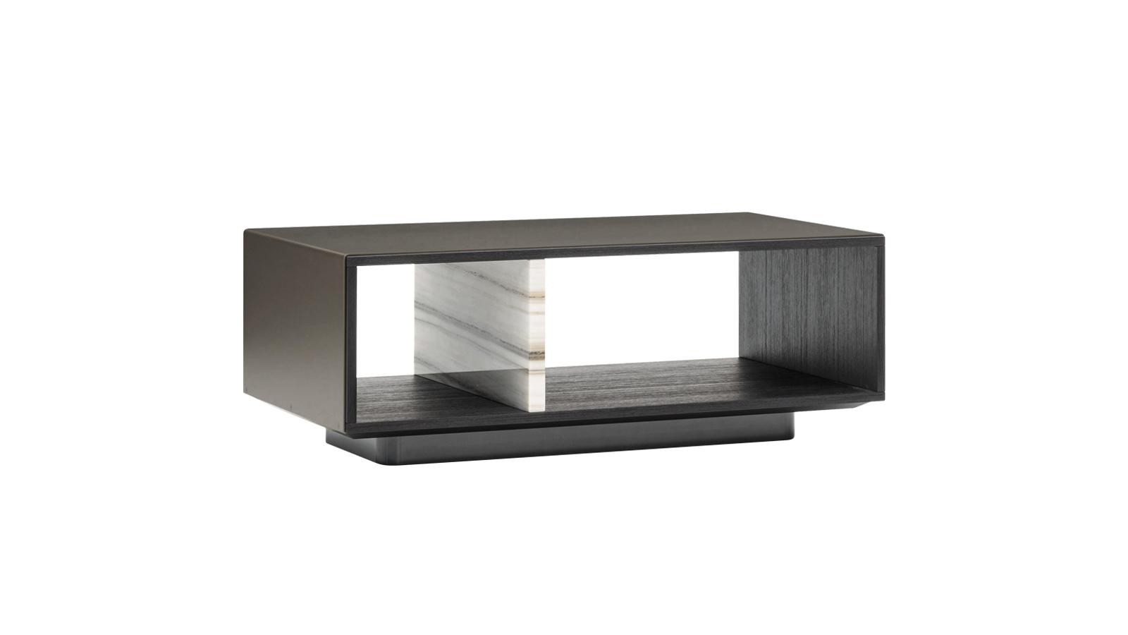 A Christophe Delcourt által a Minotti számára tervezett Amber lerakóasztal-sorozat a legkülönbözőbb méretű és formájú darabokból áll: ívelt elemeinek köszönhetően akár egy tetszőleges hosszúságú, kígyózó, tekergő, dominószerűen továbbépíthető lerakórendszert is összeállíthatunk belőle, mely például jó szolgálatot tehet nagyobb terekben. Négyzetes elemei – a képen látható és a hozzá hasonló lerakóasztalok – a minimalizmus szép példái, melyek esetében az anyagkombinációk és az arányok tökéletes eleganciája szemet gyönyörködtető részletekkel párosul.