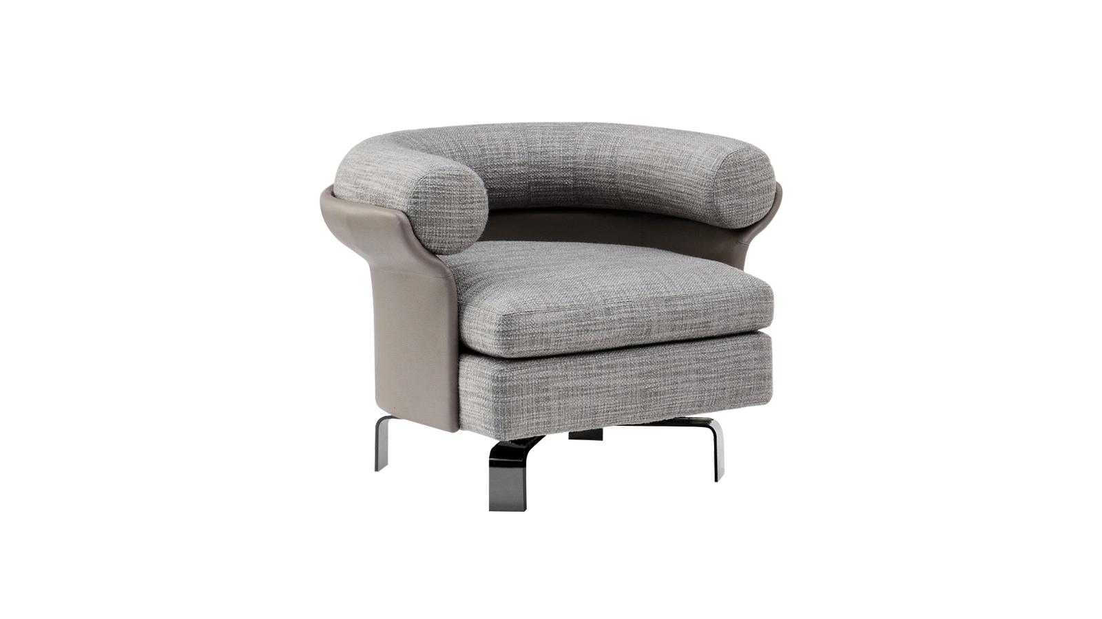 A Mattia bútorkollekciót a kreativitás szülte. Designja a hetvenes évekre nyúlik vissza, miközben ízig-vérig mai, olaszosan kifinomult. A finoman formázott váz körbeöleli az ülést, majd lazán kinyílik, hogy befogadja a hengeres háttámlát. A bútorcsalád háromüléses kanapé, karosszék és forgó karosszék verziót is tartalmaz – a karosszéket itt a 2020-as év legnépszerűbb anyagából: fehér bukléból látjuk megvalósulni.