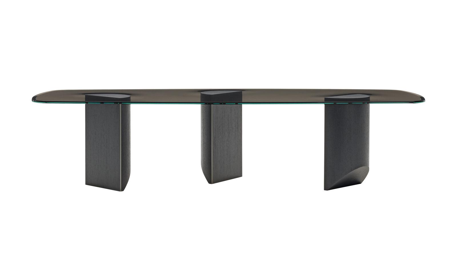 A Wedge félúton jár az expresszív grafikai stílus és a funkcionális asztal koncepciója között. Mintha lábujjhegyen állna: a padló felé elvékonyodó, geometrikus lábazatok aszimmetriáját az átlátszó üveg asztallap láttatja. Az innovatív asztal több változatban is elérhető.