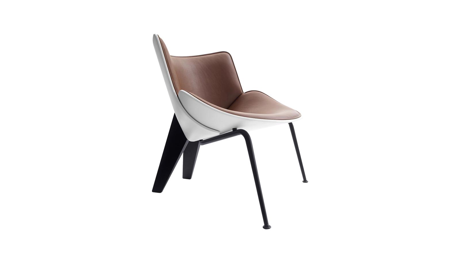 A Do-Maru szék formáját a japán szamuráj harcosok viselete ihlette: azok a festett és dekorált, vastag bőr lemezek, melyek a harcos testét védték. A szerkezet két, egymásra helyett és kárpitozott héjból áll, mleyet öntött alumínium lábazat támaszt alá. A bizonyos részleteiben az ötvenes évek stílusára emlékeztető bútort a Doshi-Levien designduó tervezte.