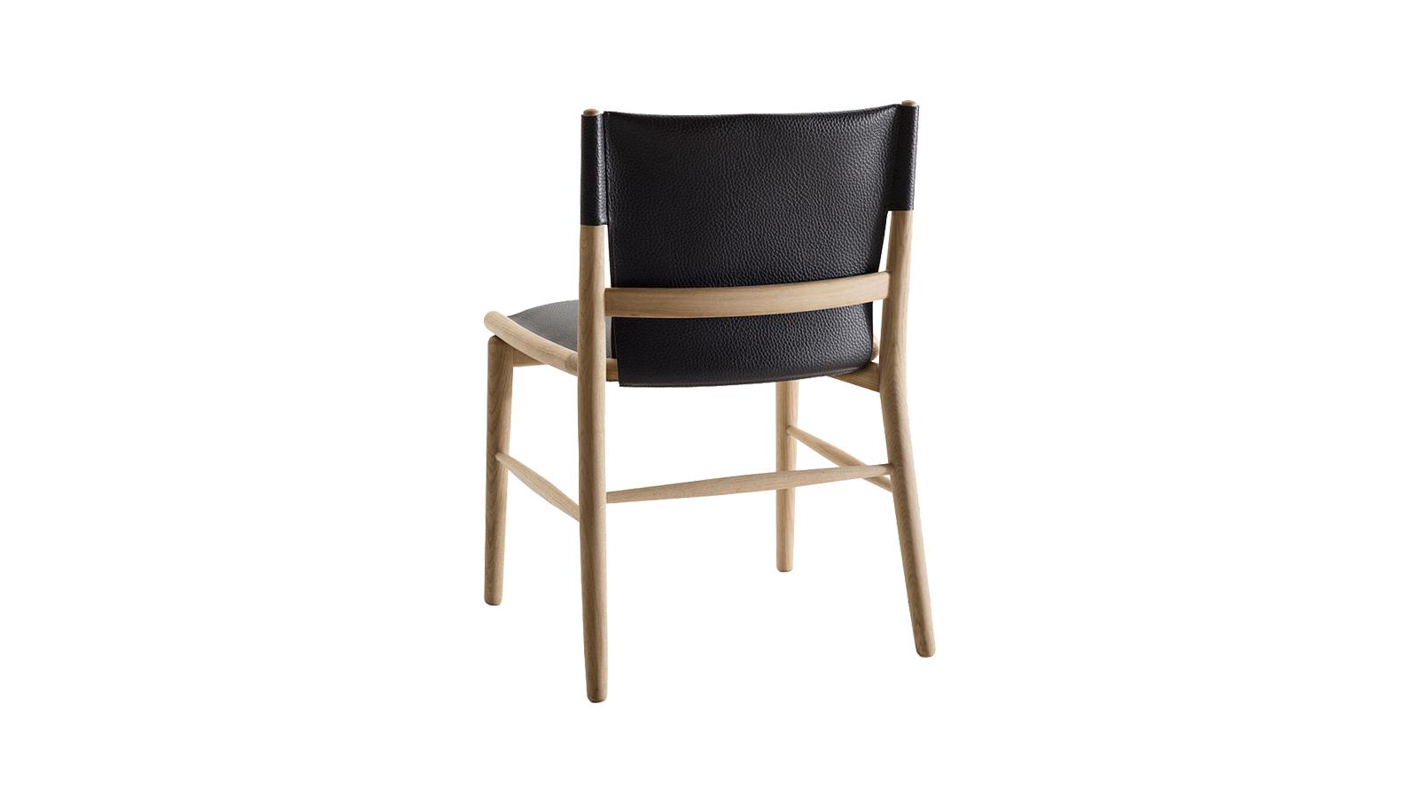 A Jens szék egyedi báját az adja, hogy megjelenése számos korból merít. Magán viseli a 19. század ún. shaker székeinek, az 1950-es évek stílusának jellemzőit, valamint a Ming tárgykultúrájának vonásait is. A fa mesteri megmunkálása és a bőrülés együttese olyasmire vállalkozik, amit kevés bútor mondhat el magáról: a megkapó, mégis funkcionális, valamint ergonomikus, mégis stabil design megvalósítására. Kartámasszal és anélkül is kapható.