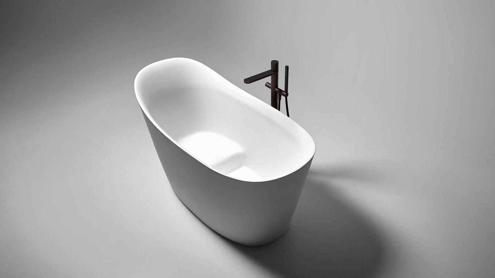 """Az olasz nyelven """"fürdődézsát"""" jelentő név igen beszédes: az antoniolupi terméke ezt az ősi formát idézi fel. A kád, mely lágy vonalakkal és puha felületekkel jeleníti meg ezt a tárgy-archetípust, ergonómiailag igen átgondolt darab: beépített ülőfelülete révén kis mérete ellenére is igen kényelmes pihenést tesz lehetővé, akár 195 cm magas fürdőzők számára is."""