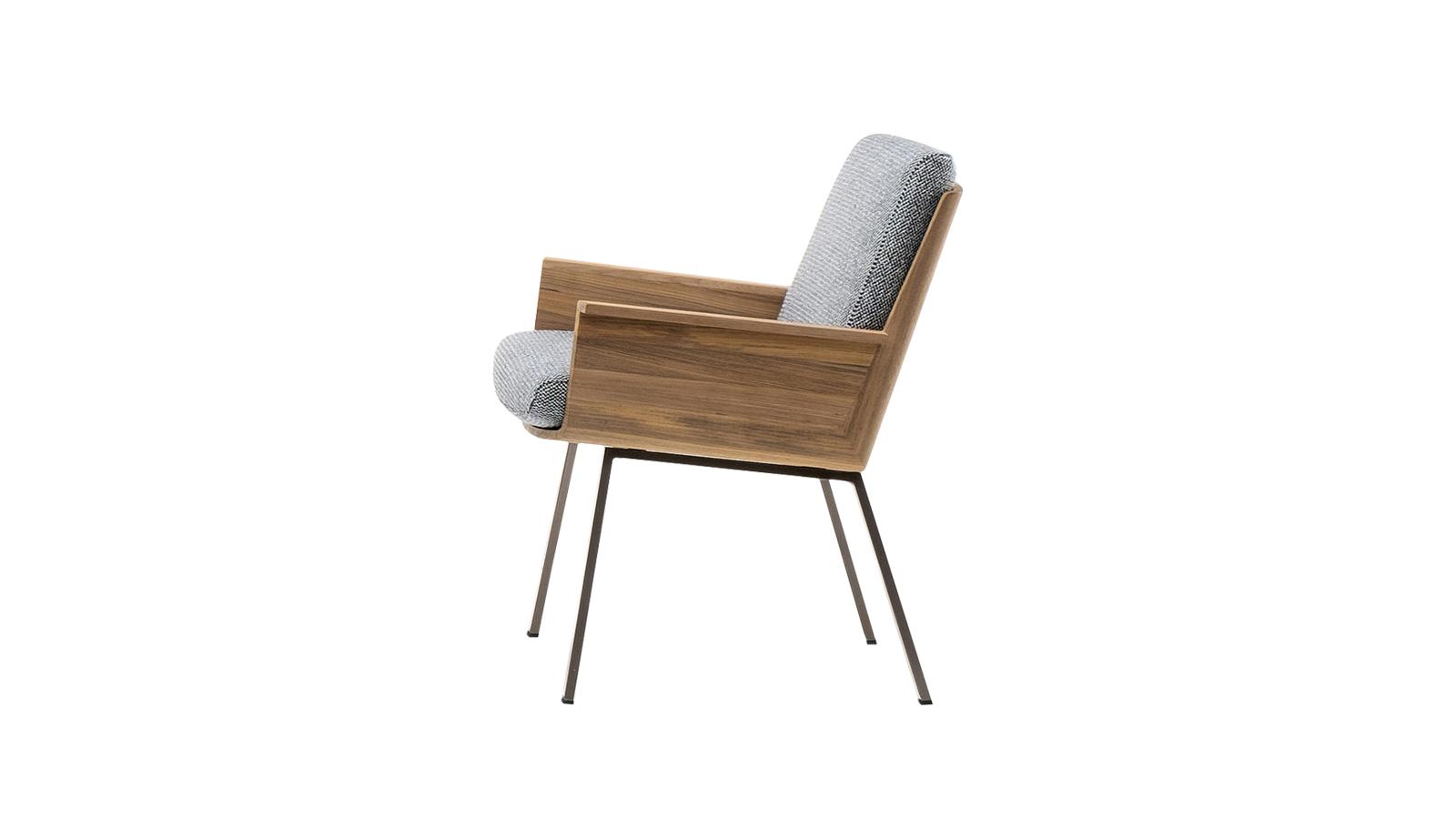 Marcio Kogan építészt Japán kultúrája és stílusvilága inspirálta a Daiki kültéri bútorkollekció megtervezése során. A kollekcióhoz tartozó karosszék mély, alacsony ülésével egyértelműen távol-keleti inspirációkat idéz fel, ugyanakkor a 20. század közepén uralkodó, ún. midcentury stílus jegyeit is magán hordozza. A bútor egyedi, hajlított, tömörfa elemei 45 fokos szögben csatlakoznak egymáshoz, így garantálva a tökéletes kényelmet.