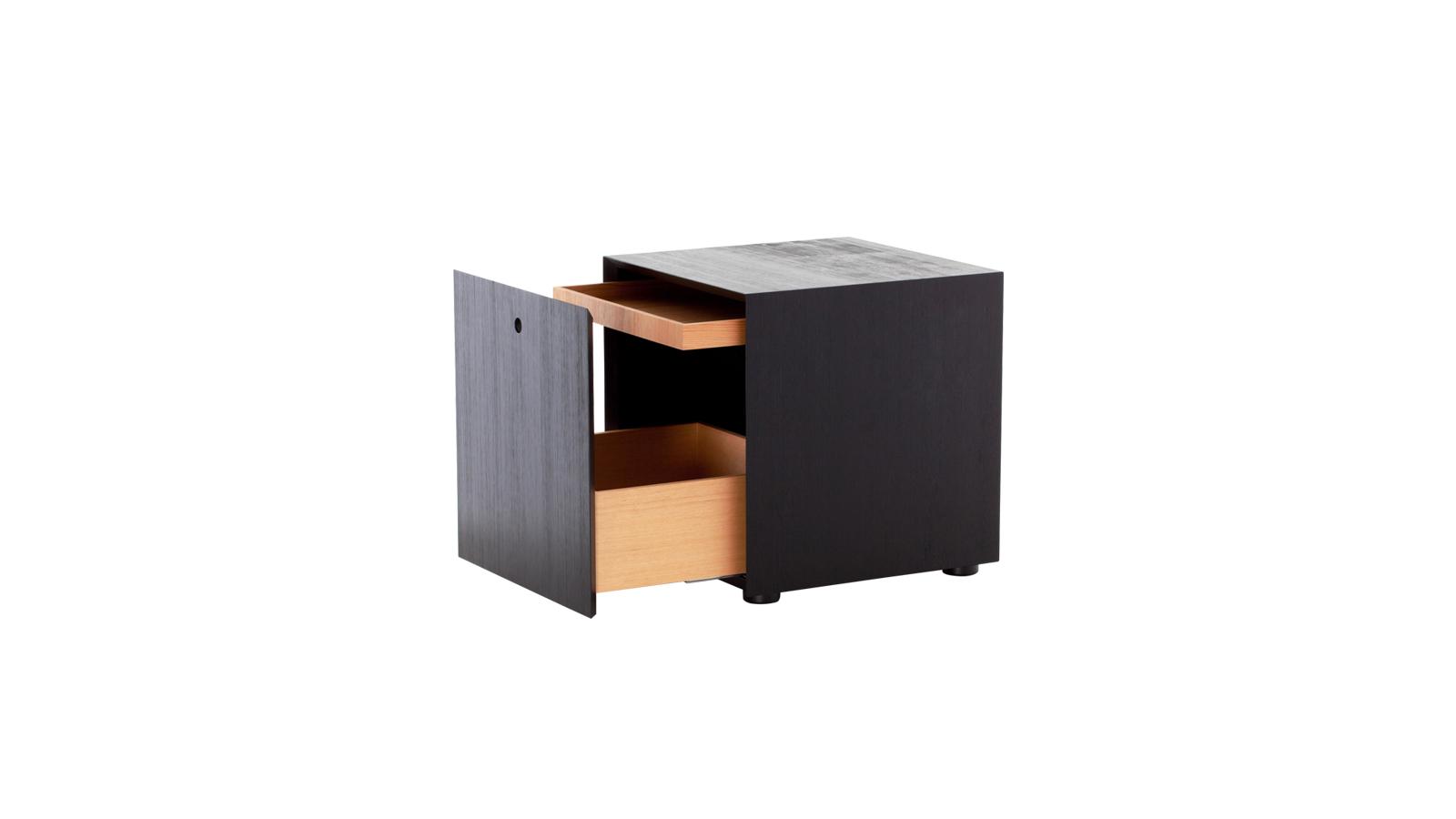 """""""A Porro Offsore éjjeli szekrénye egy sokoldalú kiegészítője bármely ágynak a Porro kollekcióból, de akár önálló darabként is használható. Geometrikussága rendet sugároz, a zártsága pedig bizalmat: a fiókrészbe helyezett tárgyak nincsenek szem előtt. """""""