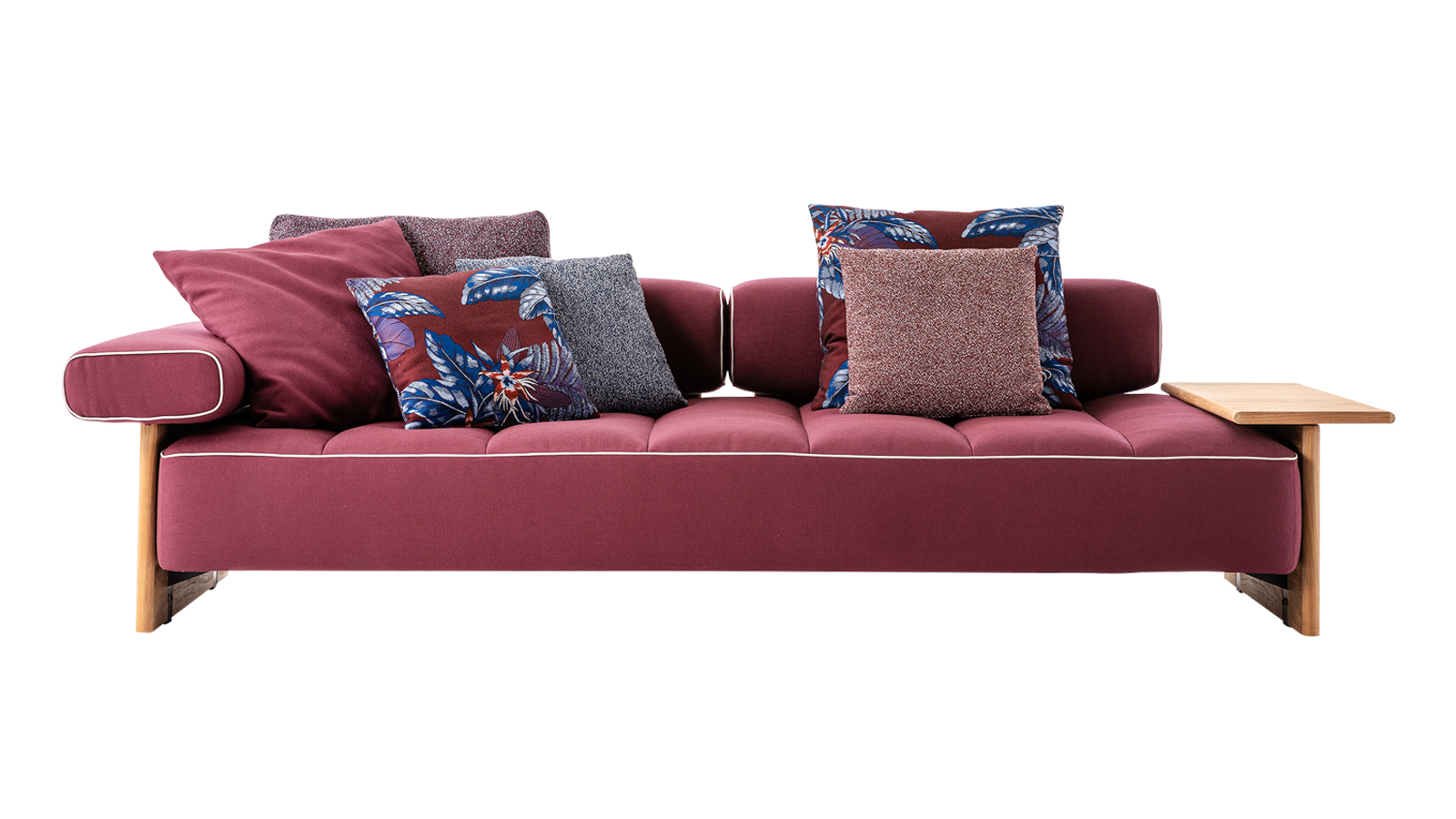 Az ötvenes évek tengerparti resort-jai inspirálták a tervezőt, Rodolfo Dordonit a Sail Out kültéri bútorkollekció megtervezése során. A sorozat főszereplője egy moduláris kanapé, mely a felfújható ágyak formavilágát idézi fel, és mely különlegesen kényelmes pihenést garantál, ráadásul több színben, választható kiegészítőkkel és méretben kapható. A kollekciót különböző méretű puffok és lerakóasztalok teszik teljessé.