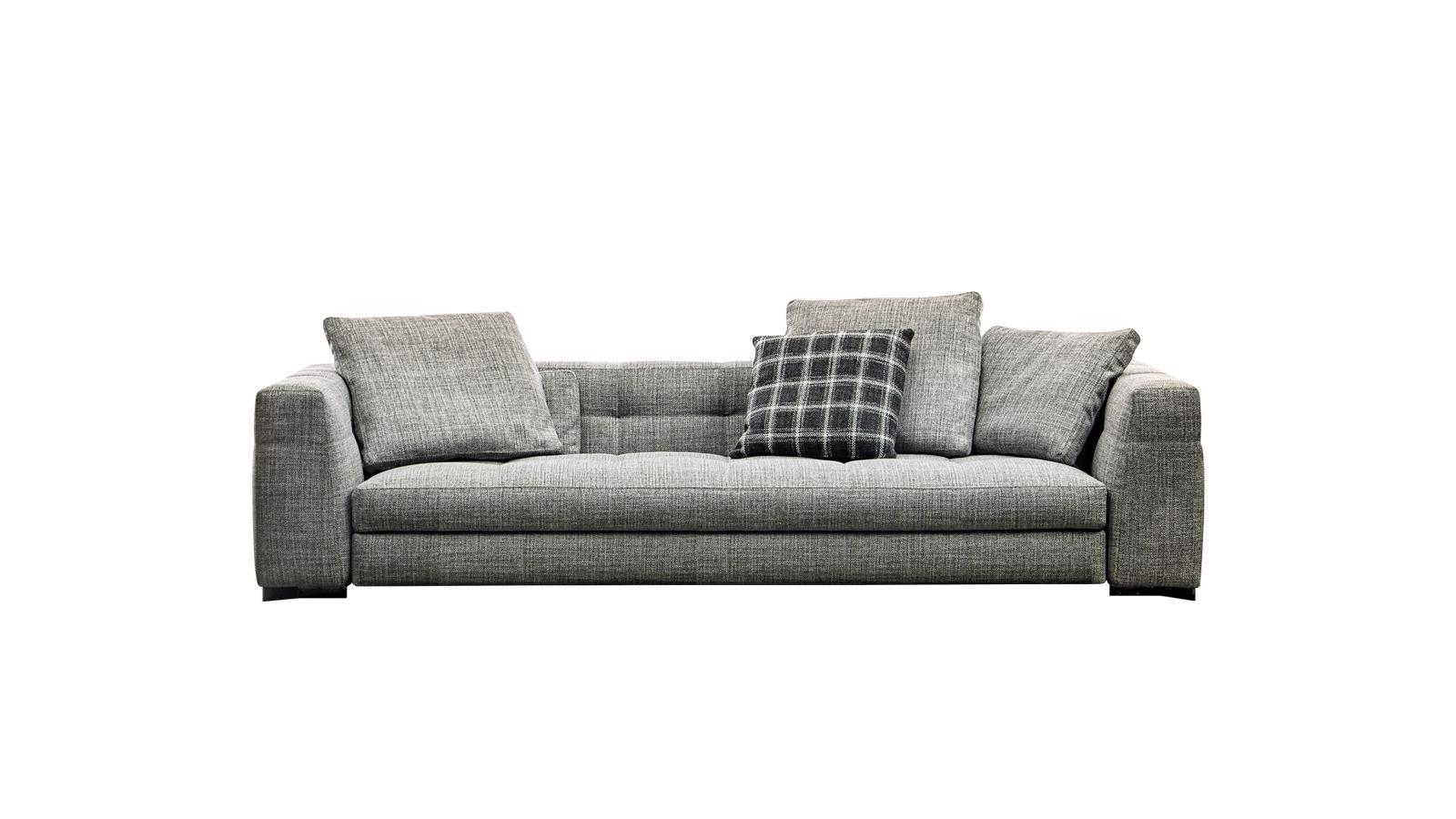 A haute couture megközelítés, a precíz kivitelezés és a szigorú geometrikusság teszi időtálló műalkotássá a Blazer kanapékat. Nem véletlenül az egyik legkiemelkedőbb képviselői a gyártó, a Minotti autentikus és a művészi formavilág között egyensúlyozó stílusának. A zavartalan pihenést az ülőfelület puha, homorú bemetszései biztosítják.