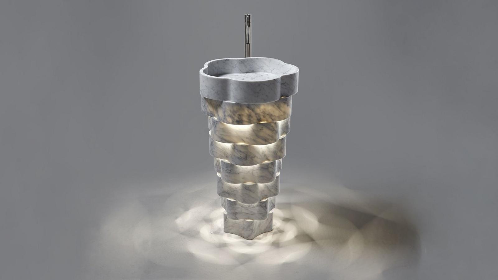 """Masszív márvány, dinamikus formába öntve: az Antonio Lupi Intreccio mosdókagylója a legnemesebb alapanyag és a modern technológiák ötvözetéből jött létre. A Paolo Ulian által tervezett, szoborszerű, rendkívül látványos Intreccio a lágy víz és a kemény kő közötti kontrasztra utalva játszik a könnyű és nehéz fogalmával, így az eredetileg rendkívül könnyű kosárfonó vessző motívuma, ami tervezőjét megihlette, súlyos márványból """"fonódik"""" össze a termékben."""