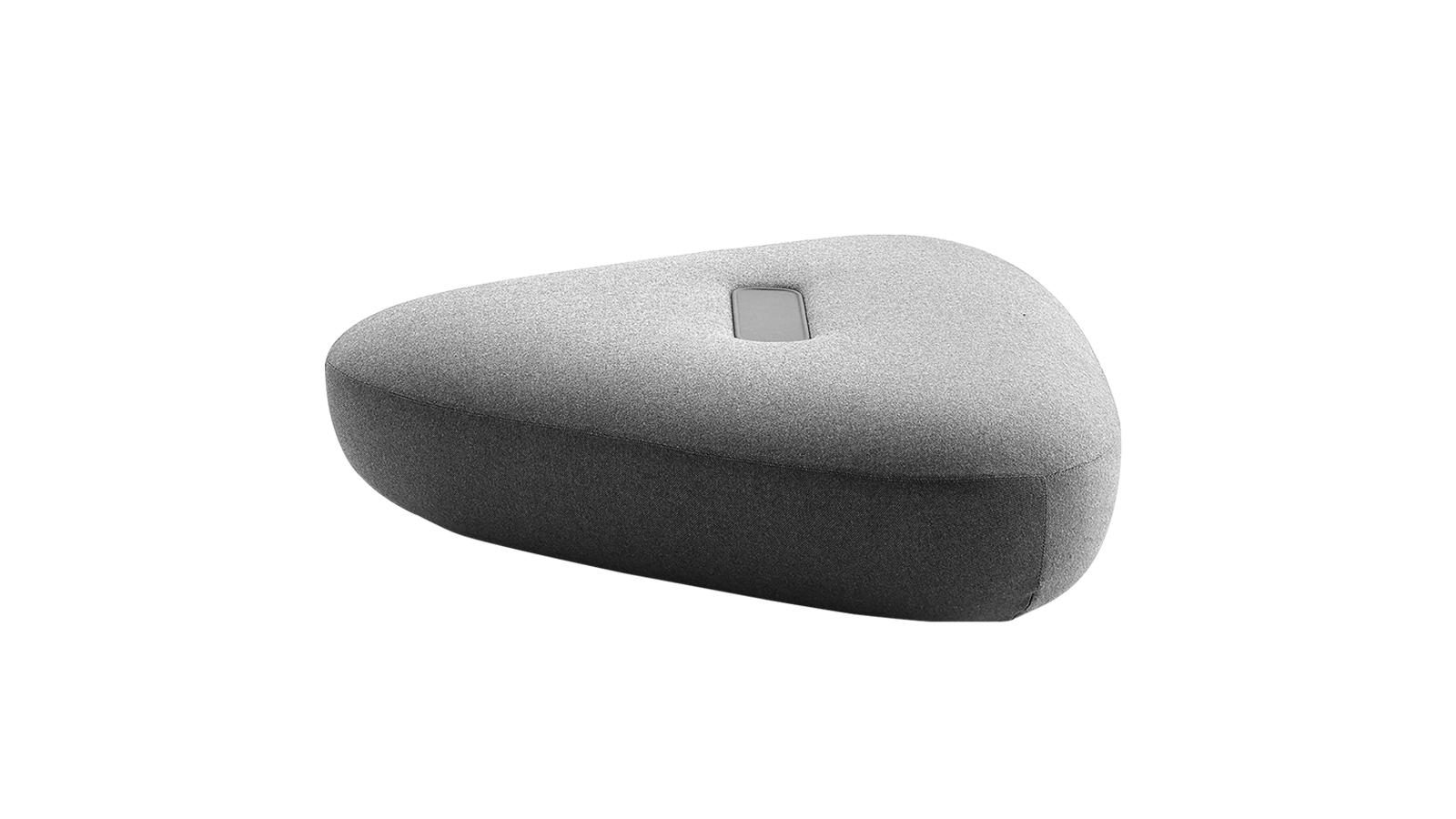 Dekoráció és funkció, érzékiség és high-tech: a Tabour bútorok tele vannak ellentétekkel. A Doshi-Levien designduó által megalkotott darabok egyszerre dekoratív objektek és funkcionális, például asztalként vagy ülőfelületként is használható bútorok, melyek hatalmas kavicsokra emlékeztető formáját gigantikus bőr 'gombok' díszítik.