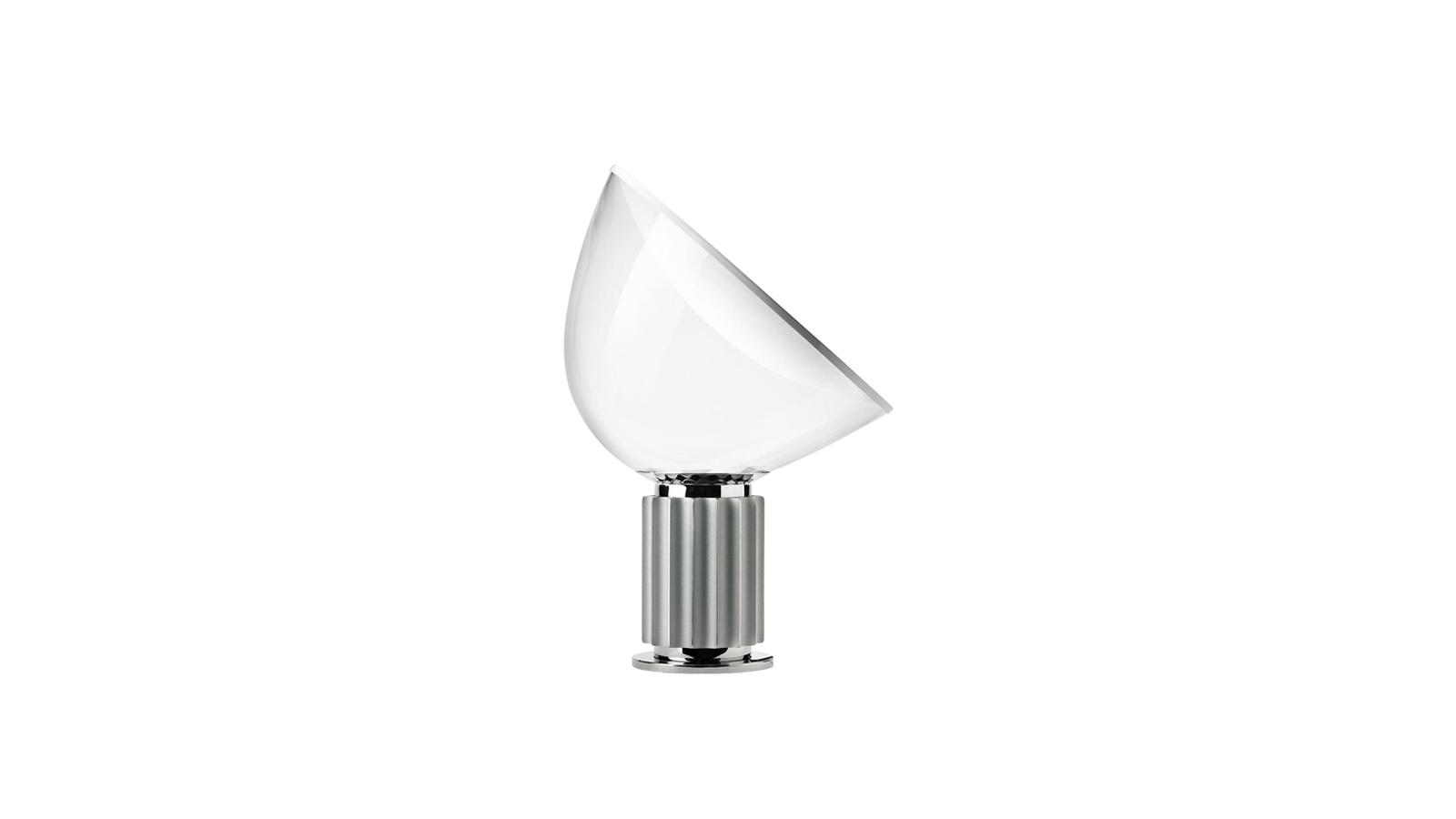 A Flos cég Taccia lámpája indirekt fényt bocsát a szobára: ezáltal egy hangulatos, esti fényként a legideálisabb. Mozgatható lámpafejének köszönhetően azonban fókuszált fényforrás is lehet, ha a megvilágítandó terület alá helyezzük. A lámpabúra átlátszósága miatt a fényforrás mintha a levegőben lebegne: mesebeli külsőt és különleges atmoszférát biztosít egy hálószoba hétköznapi estéjére is.