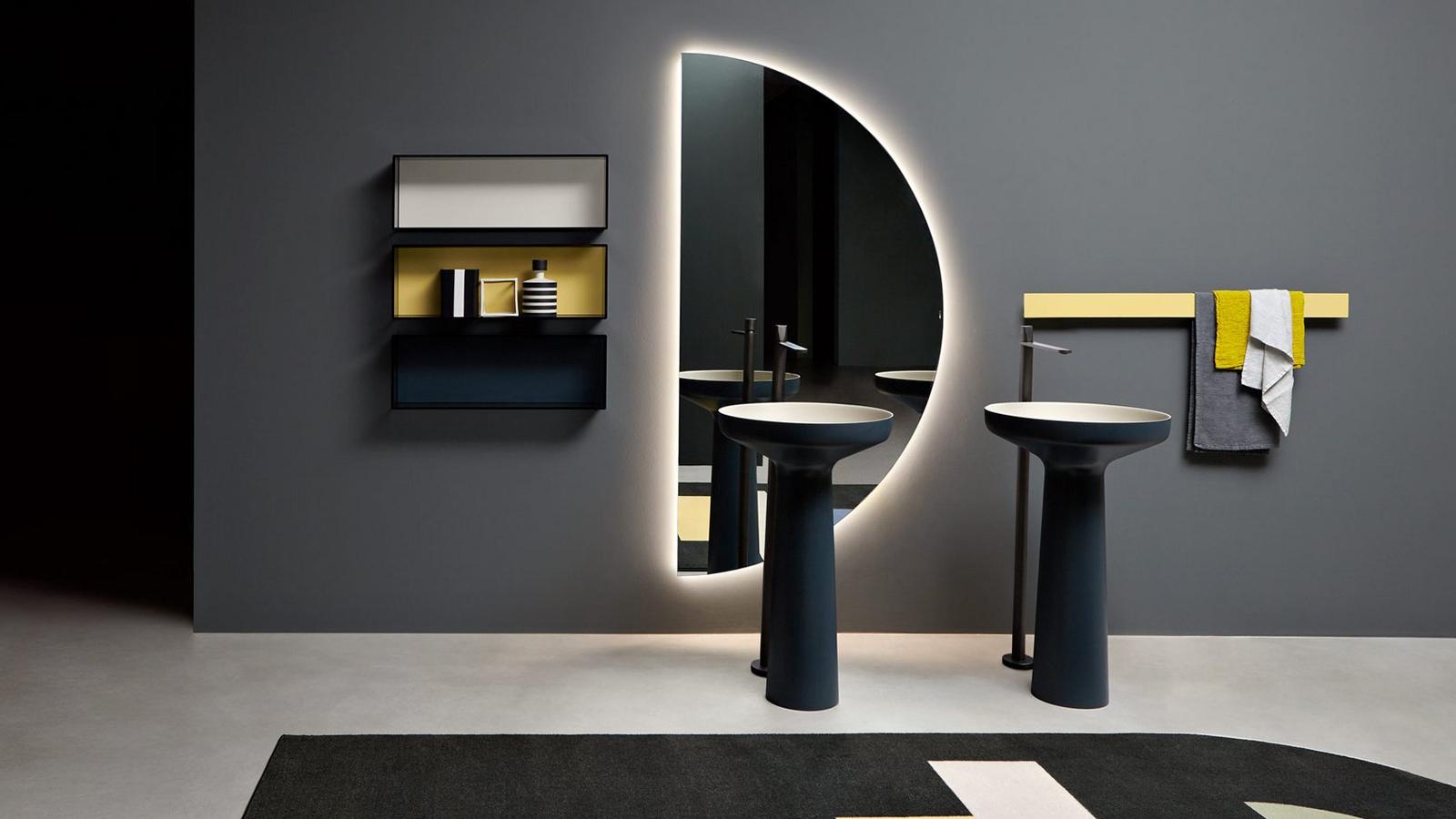 A Spicchio tükör sajátos atmoszférateremtő elem a fürdőszobában: a félholdra emlékeztető forma a függés és a lebegés érzeteit hagyja maga után. Páratlan energiájának köszönhetően teátrális hatást teremt a fürdőszoba hétköznapi színterében. Bővíti, tágítja a teret, színt hoz a napi rutinok elvégzéséhez. A tiszta geometrián alapuló Spicchio különlegessé, elvarázsolttá teszi a legegyszerűbb fürdőszobai teret is!