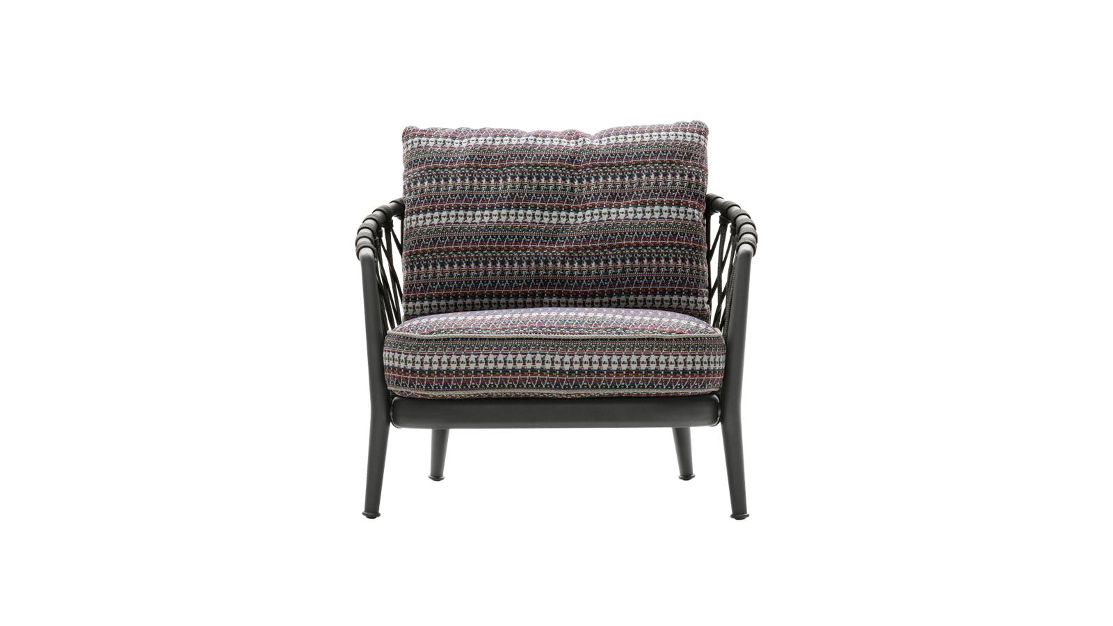 Könnyed alumínium váz, mely három színben is elérhető, polipropilén háló és rendkívül kényelmes ülő- és háttámlapárnák: az Erica kültéri fotele egy minden részletében jól átgondolt darab. Antonio Citterio alkotása egy nagyobb kollekció része, melyhez számos elem tartozik, a rakásolható széktől a kanapéig.