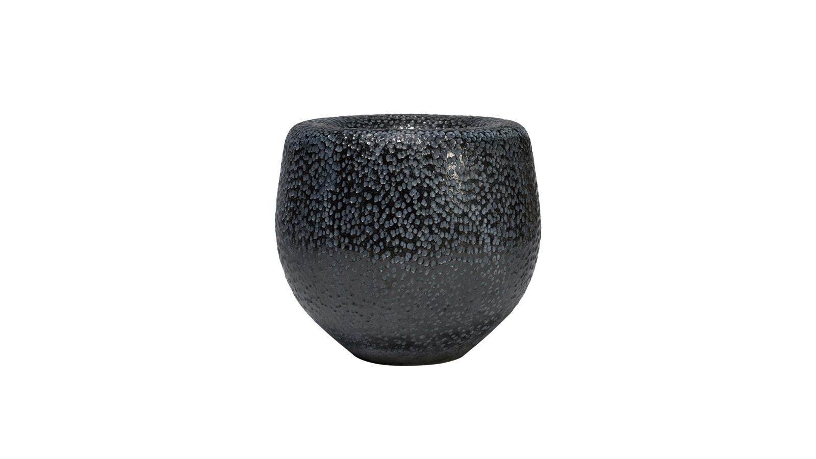 A belga Domani cég Batur kaspói és vázái nem véletlenül örvendenek hatalmas népszerűségnek: látványos textúrájúak, kézzel készülnek, ezáltal pedig minden egyes darab teljesen egyedi.