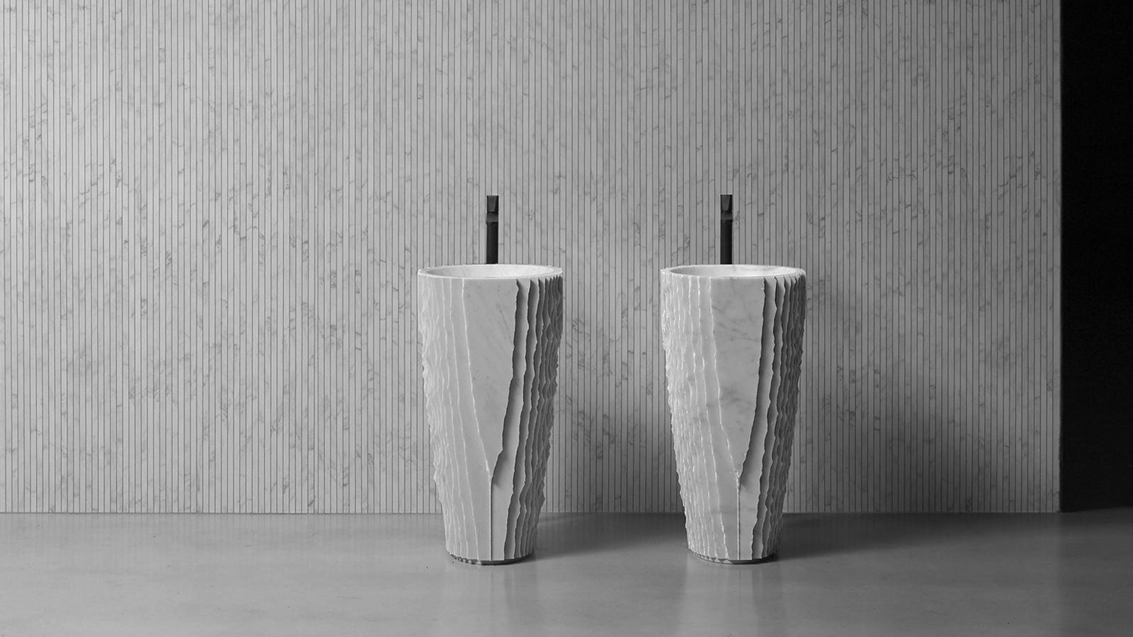 A Controverso mosdónak már a neve is beszédes: a fürdőszobai elem csupa ellentmodásokból építkezik. Technológia és természet, ősi és kortárs művészet - ezeket az ellentéteket találkoztatja a Controverso. A szobrokhoz hasonlóan ez a mosdó is - gépi megmunkálás után - kézi faragással készül, ez az alaposság tisztelet a nemes márvány anyag felé. A kézművesség és a modern technológia határán készült darab plasztikus elemeivel, precíz részleteivel és luxus márvány kivitelésével bármely kortárs fürdőszobai enteriőr ékes darabja lehet.