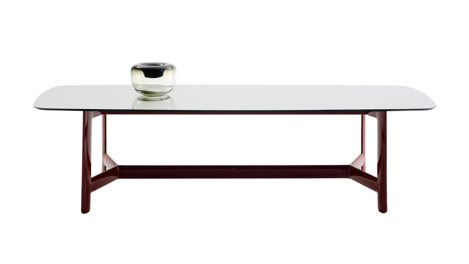 Az Alex asztal egyszerű, de erőteljes megjelenéssel bír. Az áramvonalas ívelt váz egyértelműen a modern design minimalizmusa és innovativitása mellett teszi le a voksát. Többféle méretben és anyagválasztékban, illetve forgatható étkezőtálcával is kapható.
