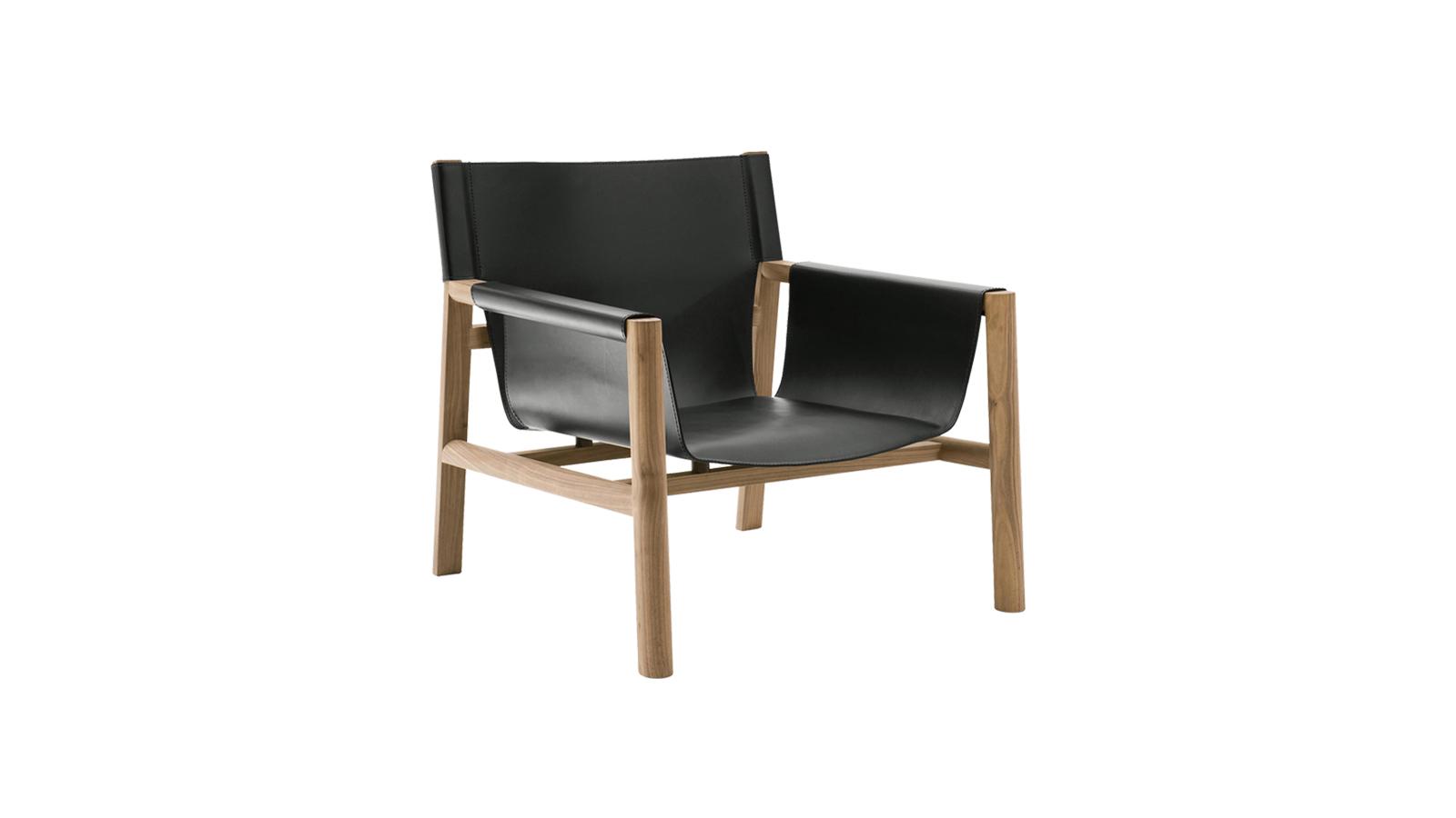A B&B italia bemutatja a Pablo széket, amely a lágyság és keménység kontrasztjából született meg. Habár a favázra felfüggesztett kettős bőrréteg masszív és időtálló, az anyag alkalmazkodóképességének és precíz megmunkálásának hála kellemes pihenést ígér. Olyan, akár egy repülőszőnyeg – azzal a különbséggel, hogy nem mágia, hanem a legmagasabb szintű szakmai tudás teszi varázslatossá.