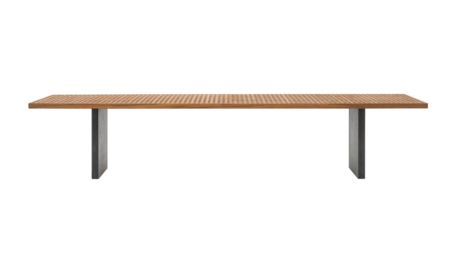 A hajózás szerelmeseit ismerős érzés foghatja el a Quadrado bútorok láttán: a Minotti kültéri kollekciójának tervezésekor Marcio Kogan a klasszikus, indiai tölgyből készült hajópallókat hívta inspirációul: a bútor alapját képező rácsos teakfastruktúra a víz hatékony elvezetését szolgálja, a Quadrado bútorai így nem csak stílusosak, de rendkívül praktikusak is. A sorozathoz tartozó asztalok három méretben kaphatók.