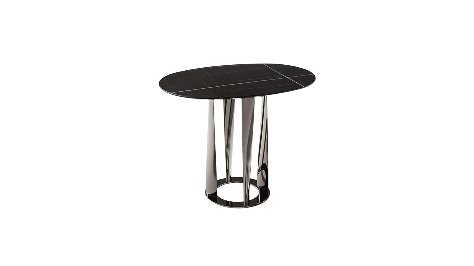 A Boboli igazi vizuális kihívás: a csavart, kuszának ható tartószerkezet és a tisztán geometrikus formák szemkápráztató párosa. A felfelé tartó, dekoratív asztallábak az olasz kertek jellegzetes társait, a futónövényeket idézik meg. A dohányzóasztal próbára teszi a képzelőerőt és a szigorú formákat, így születik egy felejthetetlen, extravagáns bútorkollekció.