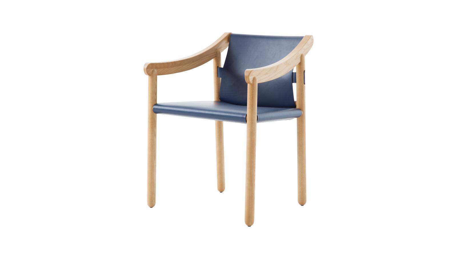 """""""A 905 a Cassina nagy dobása volt 2000-ben, ám a formabontó szék azóta modernebb designt kapott. A hengeres lábakkal és ívelt kartámaszokkal ellátott vázszerkezet a Cassina bőrkezelésében szerzett tapasztalatának köszönhetően fiatalodott meg, nem is beszélve a készítők kiváló minőségű ácsmunkájáról. A termék komplexitását a szimplának tűnő kialakítás mögé rejtették, mely teljes mértékben tükrözi a koncepció zsenialitását. """""""