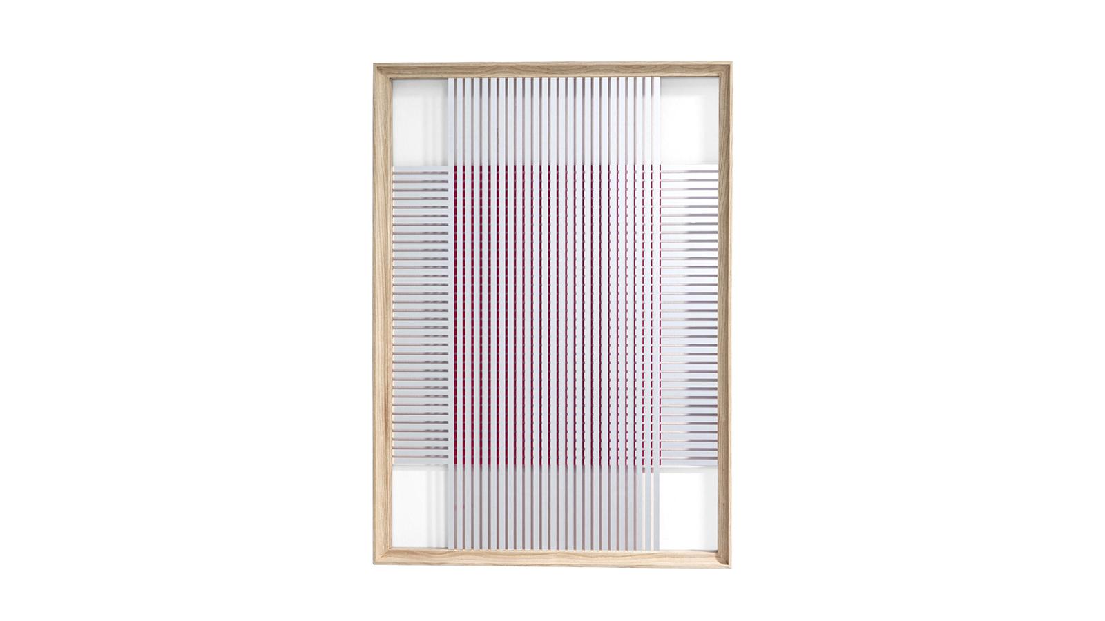 A Ron Gilad Deadline kollekcióját alkotó tükrök a legmagasabb szintű mérnöki tudást és tervezői ízlést ötvözik. A 12 darabos kollekció mindegyike egyedi darab, melyek bizonyos textúrájukban és formájukban térnek el egymástól. Az alsó tükrön egy másik réteg is található, az így megszülető optikai illózió pedig játékra szólít fel a geometriával és az érzékekkel.