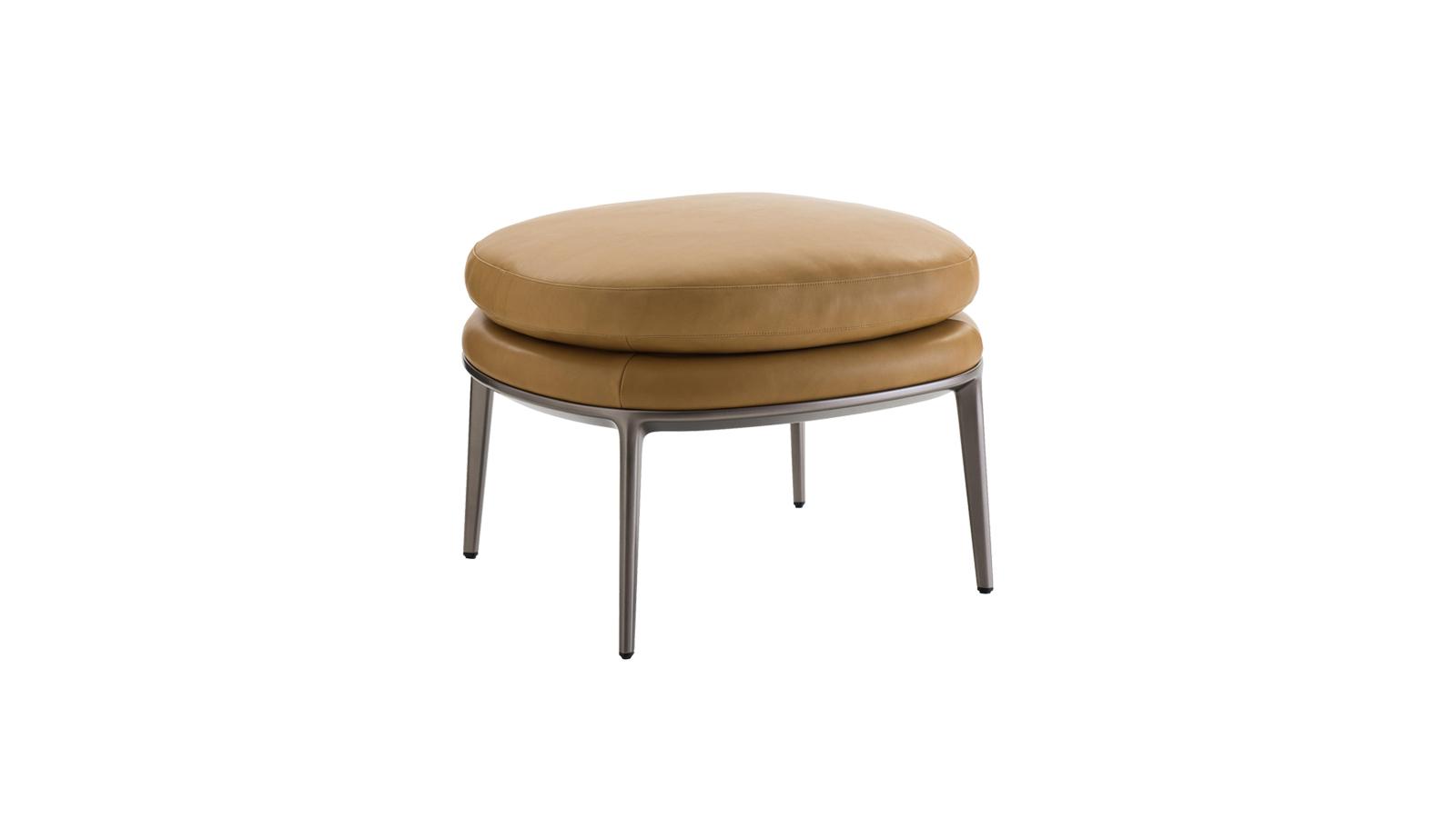 """""""A B&B Italia Caratos sorozatának új darabjai – mint ez a szék is – egyszerre tagadhatatlanul kortársak, ugyanakkor a '20-as évek tárgyvilágát is megidézik. Modern, letisztult, de eközben a tervező, Antonio Citterio korábbi kézműves munkáit is előhívó tárgyvilág: a bőrhuzat nemes bronzszíne és a fényáthatlan anyag végtelen eleganciát sugároznak. A karfa hiánya a kezeknek szabad mozgást ad. """""""