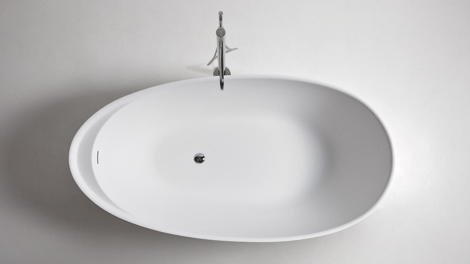 Az Eclipse az antoniolupi egyik legnépszerűbb szabadon álló fürdőkádja, mely egyértelműen uralja a teret, bármilyen kontextusba is kerül. A tojás formájú fürdőkád szinte körbeöleli a testet, melynek tökéletes alátámasztást biztosít, piperecikkeinket pedig praktikus, keskeny polca segítségével rejti el. A fürdőkád több színben és anyagból, így például Carrara-i márványból is elérhető.