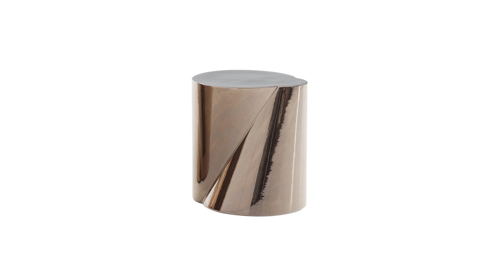 Szoborszerűen olvad össze két csonkakúp egy hengerszerű formává, ahol a szofisztikált, lágy vonalakon elidőzhet a tekintet. A hagyományos, kézműves gyártási technológiával, kerámiából készült lerakósztalka valódi egyéniség, minden egyes darab kicsit más, így különleges színfoltja a nappalinak. Hogy egyéb bútorokkal, kiegészítőkkel harmonizálhasson, bronz és platina színekben is kapható.