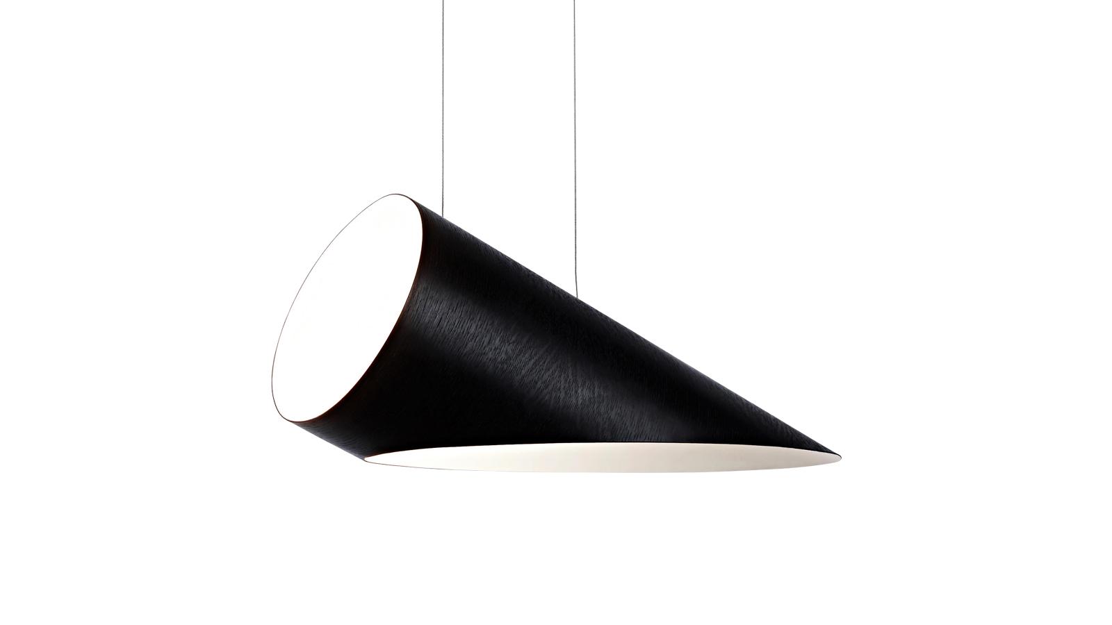 Egy igazi geometriai játék, egy látványos trükk, egy különleges illúzió – ez a Roll & Hill Arbor Suspension lámpája. A kör, henger és ellipszis idomaiból felépített, két különböző méretben kapható modell teste feketére festett tölgyből készült – ezért súlyosnak tűnik, de valójában leheletkönnyű. A kontrasztokra, meglepetésekre, a fekete-fehér, könnyű-nehéz, kétdimenziós vagy háromdimenziós ellentétpárokra épített lámpatest már-már műalkotás – ugyanakkor természetesen tökéletesen funkcionáló használati tárgy is.