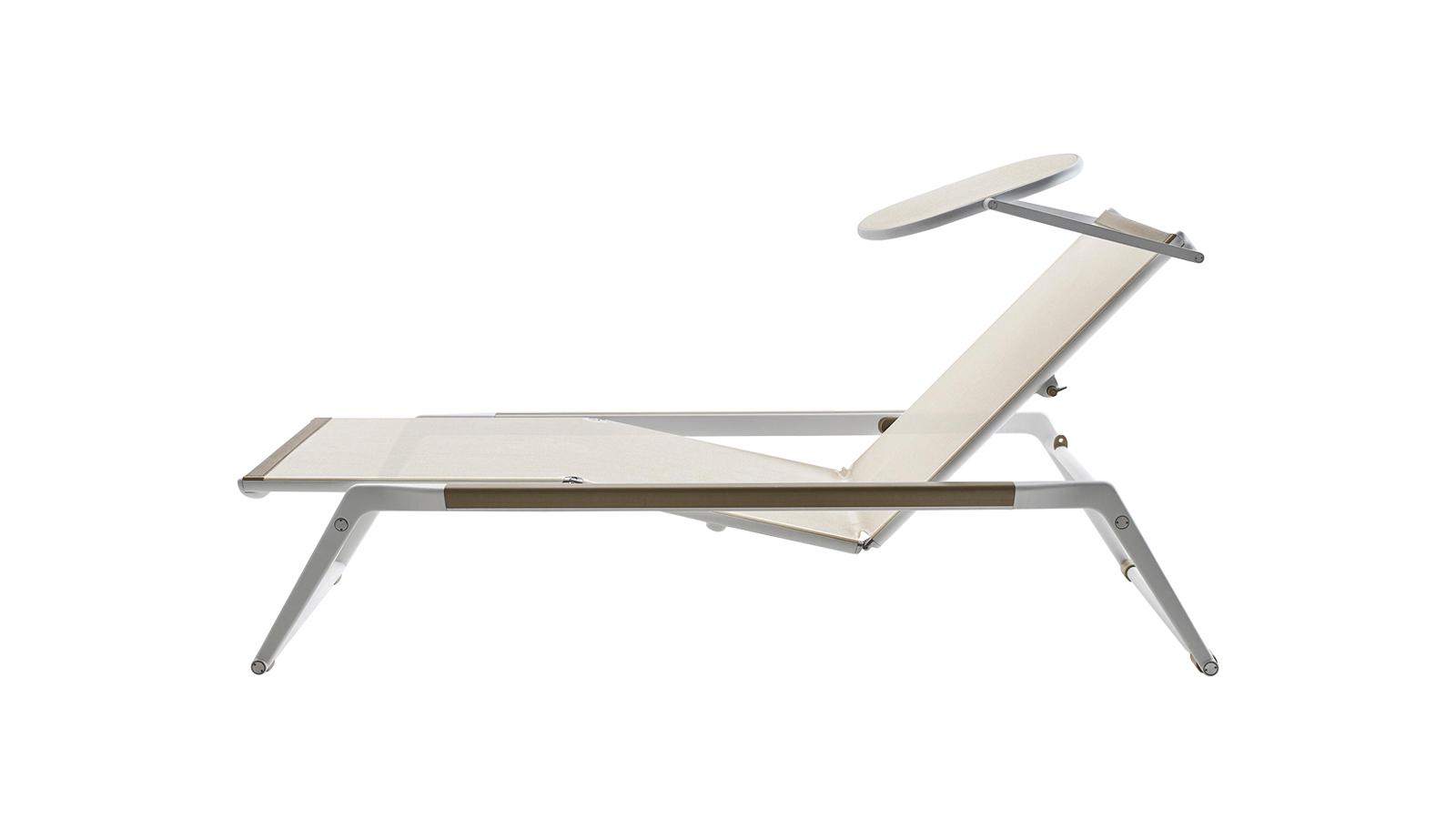 Hagyományos formavilág, minimalista szellemben – nem csoda, hogy Antonio Citterio sztárdesigner alkotása valódi ikonná vált az évek során. A B&B Italia bútorának alumínium szerkezete és az egyedi, vízálló fekvőfelülete tökéletes egységgé forr össze, mely könnyen mozgatható, vízálló, és rendkívül tartós.