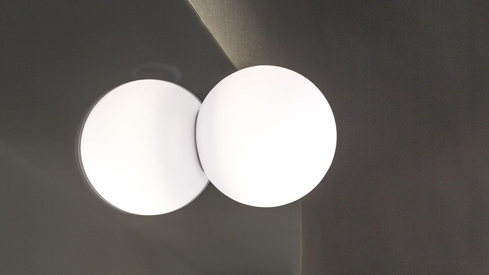 Az antoniolupi Bolla lámpateste egyszerű, gömb forma, mely homokfúvott üveg burája segítségével gondoskodik a lágy, egyenletes megvilágításról a fürdőszobában. Önmagában és párban is használható, ráadásul tükörre is felhelyezhető, melynek köszönhetően valóban egyedi látvány kialakítására is alkalmas. Két méretben elérhető.