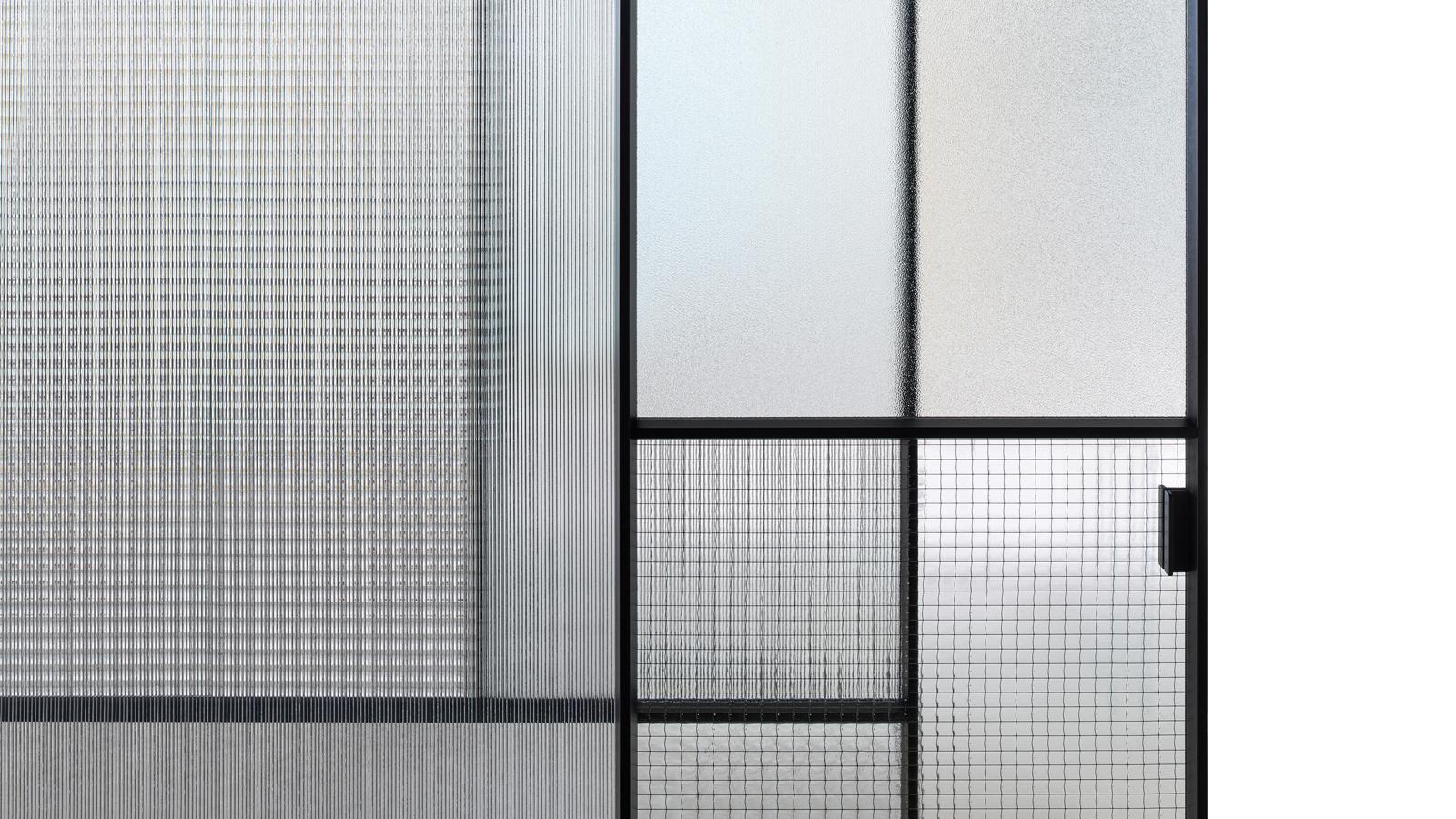 A GlasItalia bebizonyította, hogy a patchwork nemcsak textileken, hanem egy lenyűgöző ajtópanelben is remekül mutat. A Sherezade négy, egymástól eltérő üvegfelületből tevődik össze, és monokróm, valamint színes verziója is kapható. Játékos, sejtelmes hangulatot teremt az enteriőrben, és megfogható festménnyé varázsolja a teret, amely előtt helyet foglal.