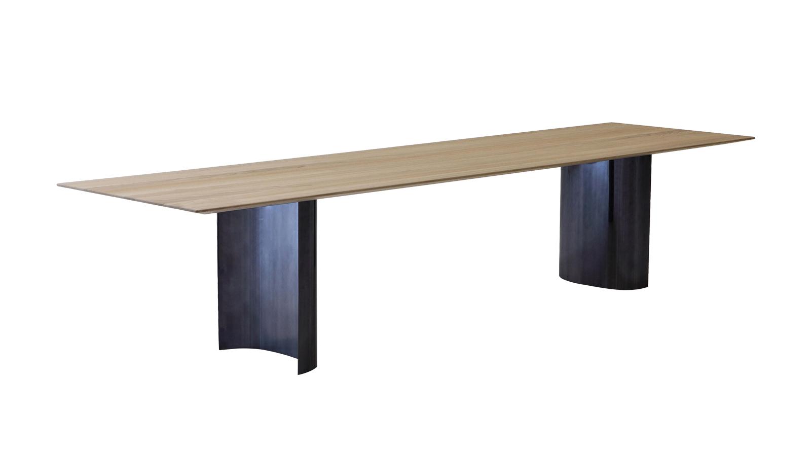 A minimalizmus és a maximalizmus között egyensúlyozik a Porro asztalcsaládja. A Jeff asztalok avantgárd beütését a hajlékony, csillogó, szobrászi asztallábak és a szabályos, geometrikus asztallap kettőse szolgáltatja. Sokoldalúsága is épp ennek köszönhető: extravagáns, letisztult, és formális enteriőrökbe egyaránt passzol.