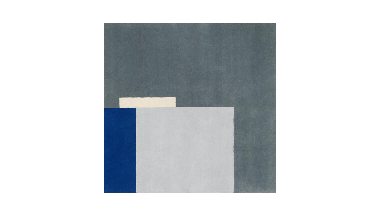 A modernizmus talán legismertebb bútorai mellett Eileen Gray szőnyegeket is tervezett, melyek tökéletesen kiegészítik kanapéit és asztalait. Közel száz éve tervezett alkotásai semmit sem veszítettek frissességükből: bármely mai otthon karakteres díszei lehetnek. A Roquebrune modell, mely talán a kollekció egyik legszebbje, egy fehér villaépületet ábrázol, mely egy szürke szikláról nyúlik ki a tenger fölé.