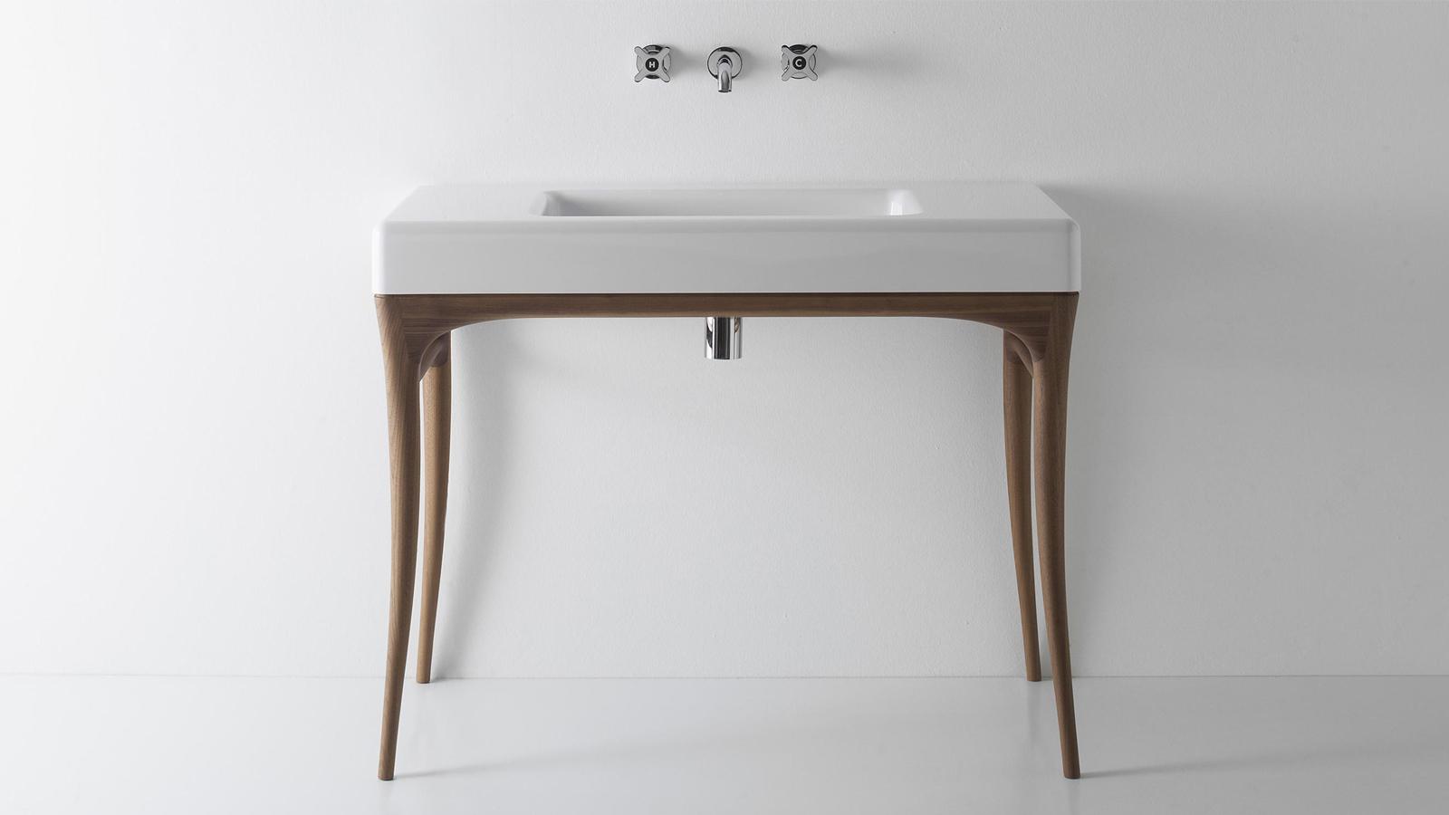 Az antoniolupi többi termékével ellentétben az Ilbagno sorozatot nem a minimalizmus jellemzi: ezek a tárgyak kifejezetten archaizáló, múltat idéző darabok, melyek a vállalat több évtizedes története előtt tisztelegnek. Romantika, kézművesség és a részletekre való mániákus odafigyelés, gyönyörű fa felületekkel ötvözve – az Ilbagno darabok, mint például ez a szekrény, valódi remekművek.