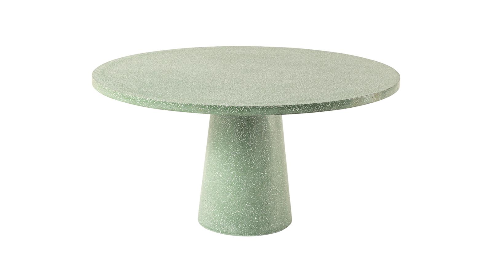 A Cassina 2020-ban bemutatott, Dine Out kültéri kollekciója a kifinomult stílus és a maximális kényelem mesteri ötvözete. A kétféle méretben kapható asztalok egyedi, kúpos lábszerkezeteküknek és egyedi anyagkombinációiknak köszönhetően (elérhetők például terrazzo vagy tömör teakfa lappal is) karakteres designt csempésznek a kertbe vagy a teraszra.