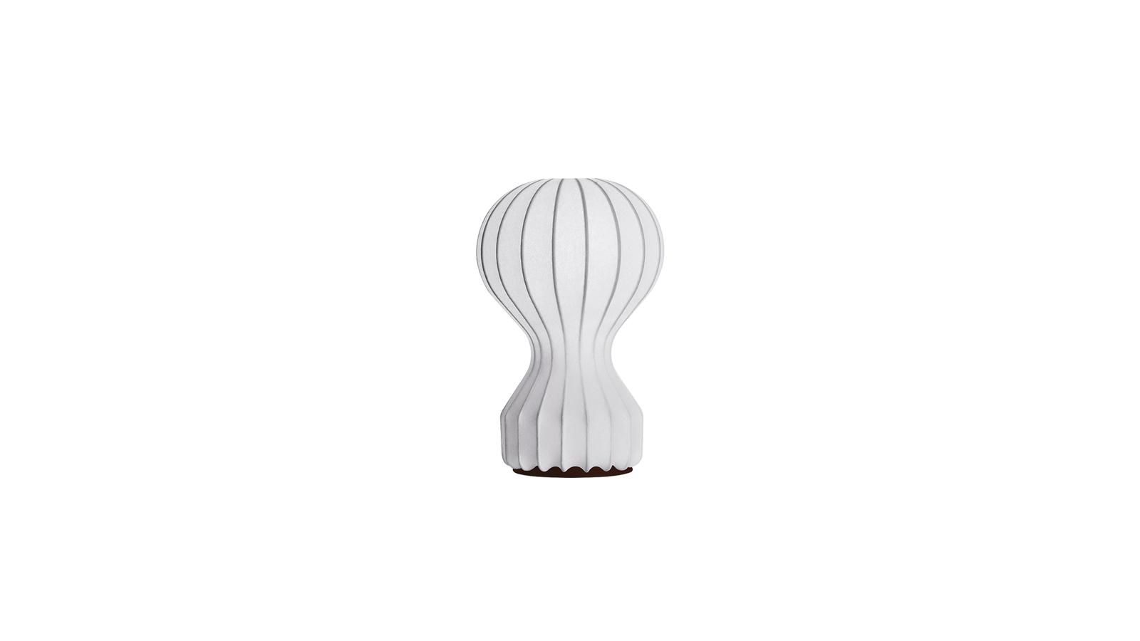 A Gatto olaszul eredetileg macskát jelent, de mióta a Flos piacra dobta, azóta egy ikonikus asztali lámpát is! A Castiglioni fivérek Gatto lámpája asztali fényforrás, amely szórt fényt vet a szobára. A lágy fény melegséget, otthonosságot, meghittséget visz bármely térbe, azonban fényerősség szabályozható, így nem csak hangulatvilágításként képes funkcionálni. Ívelt, lekerekített sajátos formavilága különlegessé teszi, ám a tiszta fehér szín egyszerűvé teszi, így egyáltalán nem válik hivalkodó elemévé a szobának.