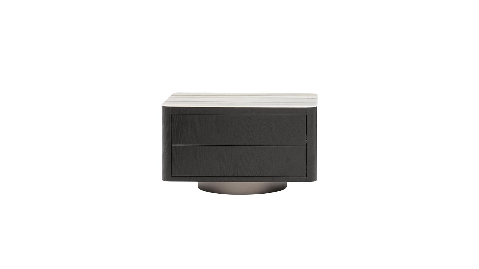 A Milton éjjeli szekrény nem tolakodik be használója életterébe: alacsony kialakításának köszönhetően egy kellemes, dekoratív, eközben mindvégig praktikus használati tárgyként lép működésbe a hálószobában. A 70-es évek vonalai sejlenek fel a bútorban kortárs átiratban, a nemes anyagok és a geometrikus rend összjátékával. Letisztult, elegáns darab. Zárt és nyitott verzióban is kapható: fiókokkal, vagy anélkül, már a Code Showroom kínálatában is!