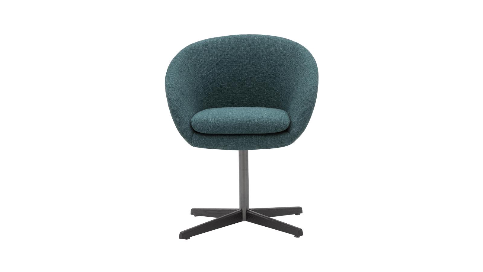 Egy igazi klasszikus: az ötvenes évek vidám, bohókás, kissé retró formavilágát idéző Russell Dining Chair biztosan sokak számára ismerős. Második pillantásra azonban rögtön feltűnik, hogy a forma valójában rafináltan minimalista és kifinomult, a lábazat pedig különösen karcsú és könnyed. A Minotti terméke a gyártó kézműves hagyományait is szépen megjeleníti, elsősorban a kézzel varrt részleteken.