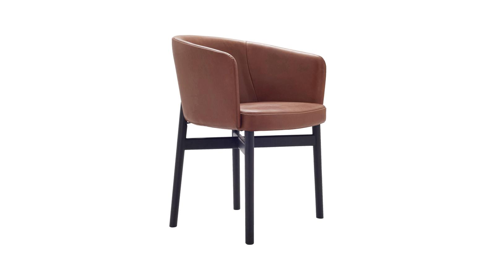 A székkollekció a visszafogott formákat társítja a kényelmes és nagyvonalú designnal. Az eredmény pedig egy minden elemében harmonikus bútor, amely három változatban is elérhető: egy szék, egy karosszék alacsony kartámasszal és egy másik karosszék, eltérő háttámlával. Az uniszex székek számos huzattal állnak rendelkezésre.
