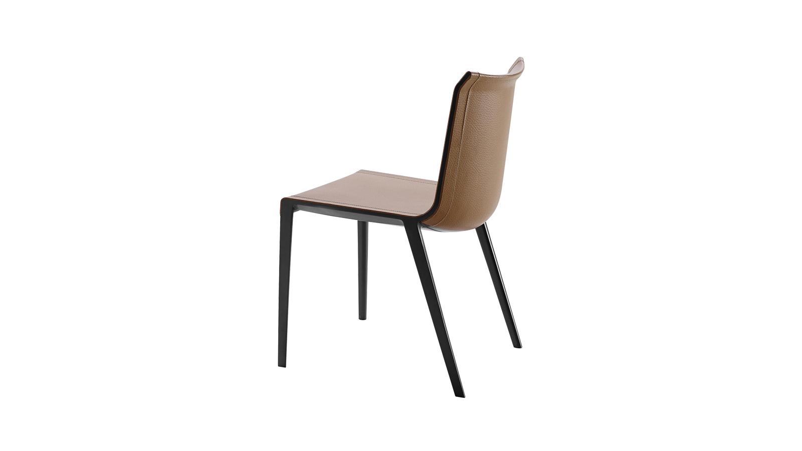 A Charlotte szék a könnyedség előtt tiszteleg. Bár a minőségi bőrborítás szinte észrevétlenül simul bele a bútor testébe, tökéletesen kivehető a mesteri, időtálló krómszerkezet. Ám nemcsak gyönyörű, hanem praktikus alkotásról is van szó: könnyen takarítható, valamint remekül ellensúlyozza a zömökebb asztalokat, de a hozzá hasonló légies asztalok kiváló partnere is lehet.