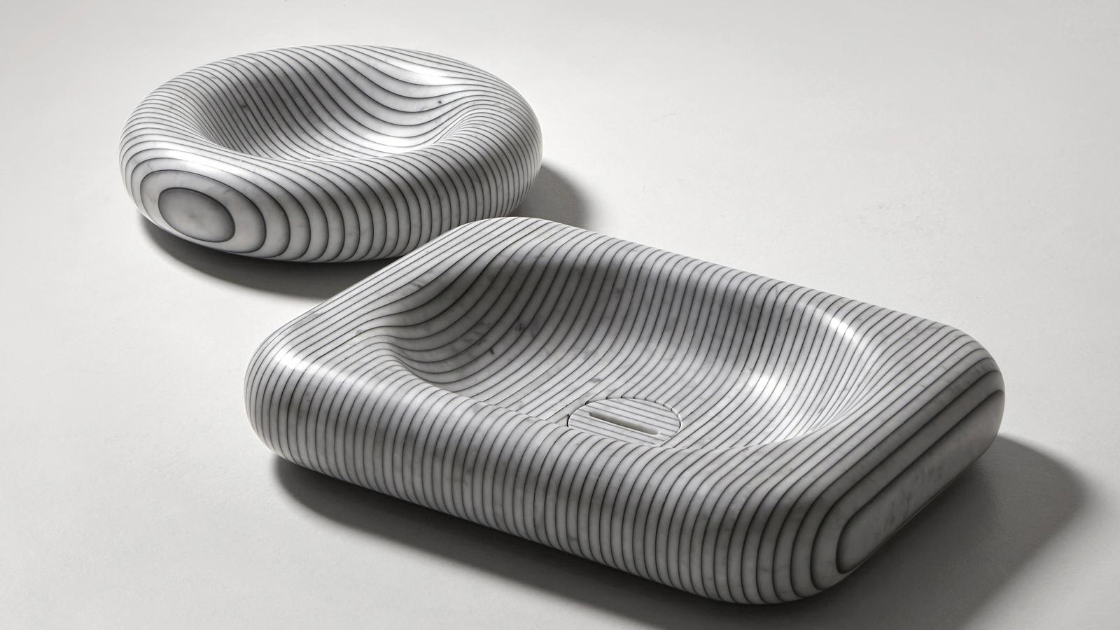 """Egy igazi különlegesség: az eredeti carrarai márványból készülő Gessati mosdókagylók az Antonio Lupi máris zajos sikernek örvendő, 2020 elején bemutatott újdonságai, melyeket a Gumdesign tervezett. A hype nem véletlen, ugyanis a Gessati-ban az ősi alapanyag a legmodernebb technológiával és a divat világát is felidéző, csíkos mintázattal találkozik. Gyártása során az 1-2 cm vastag """"márványszeleteket"""" színezett műgyantával ragasztják egymáshoz, így jön létre az a látványos minta, mely jelenleg három formában – kerek, ovális vagy négyzetes változatban – is elérhető. A márvány természetes erezetének köszönhetően ráadásul minden darab garantáltan egyedi, így a Gessati a fürdőszoba valódi ékessége lehet."""