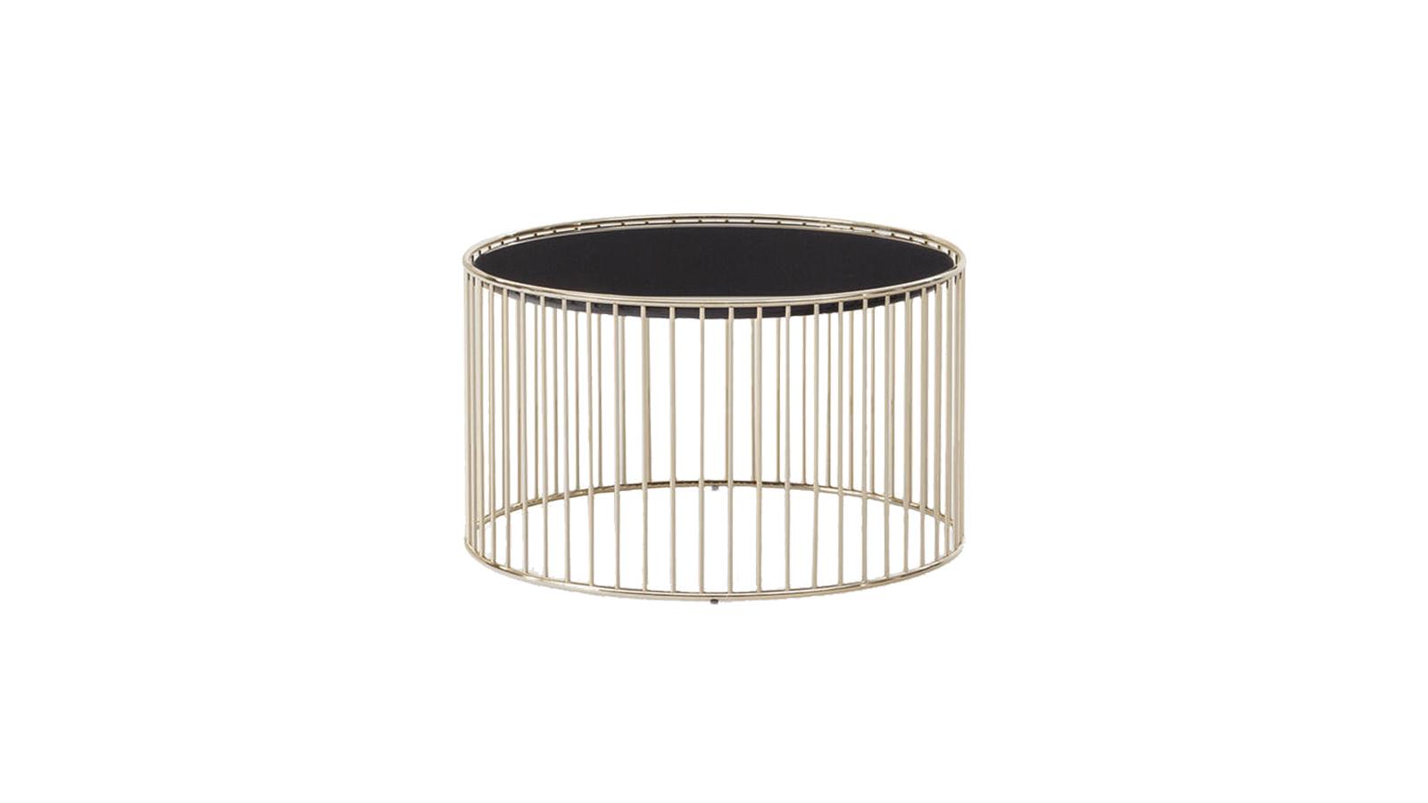 A Caulfield lerakóasztalok szépségét a letisztult szerkezet egyszerűsége adja, mely szinte valószerűtlenül vékony tartóelemekből áll. Az asztal négy méretben és két, elegáns kivitelben kapható: a képen is látható Light Gold tompa ragyogással tölti meg a szobát, míg a Black-Nickel sokkal formálisabb, visszafogottabb hatást kelt.