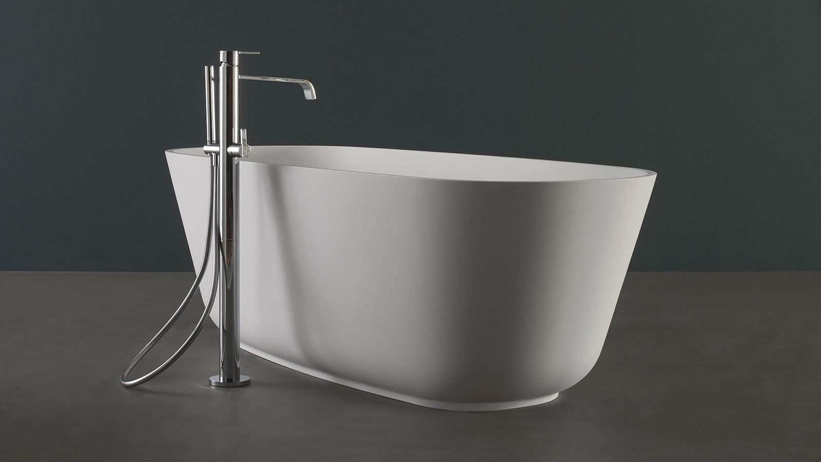 Egyszerűség, erős egyedi karakterrel: ez a Baía, az antoniolupi egyik közkedvelt fürdőkádja. Ovális formája a márka által feltalált és szabadalmaztatott, egyedi Cristalplant anyagból készült, és a szabadon álló modellek közül az egyik legklasszikusabb típust képviseli a piacon.