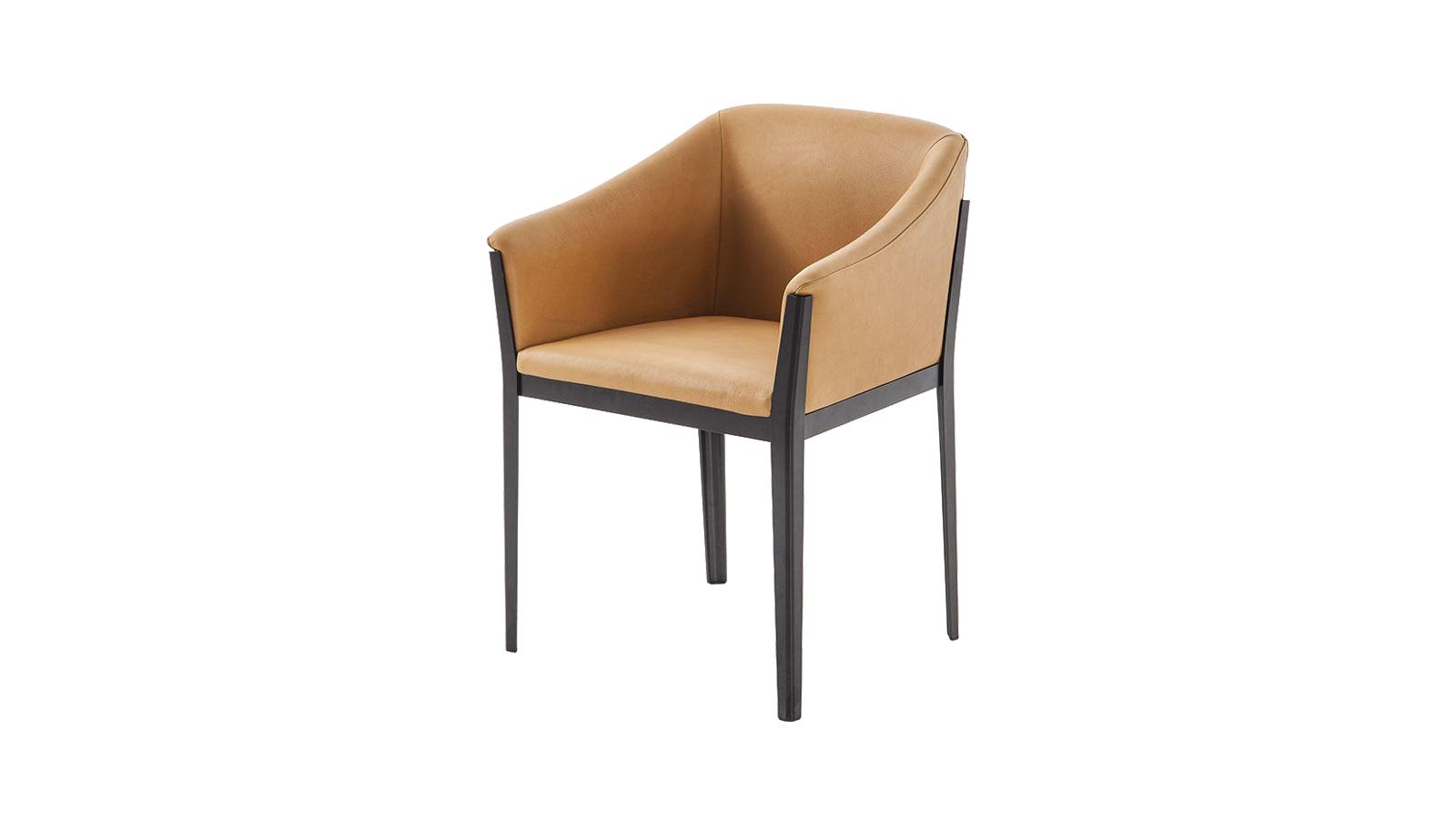 A bárszéket és a fotelt ötvözi a Cotone Slime étkezőszék kollekció, melynek megkülönböztető jegye a nyúlánk lábazata. Ennek szigorú, sallangmentes jellege tökéletes kontrasztban áll a gazdagon párnázott, prémium textíliával ellátott üléssel. Épp olyan, amilyennek egy étkezőszéknek lennie kell: kényelmes, harmonikusan ellentmondásokkal teli és modern.