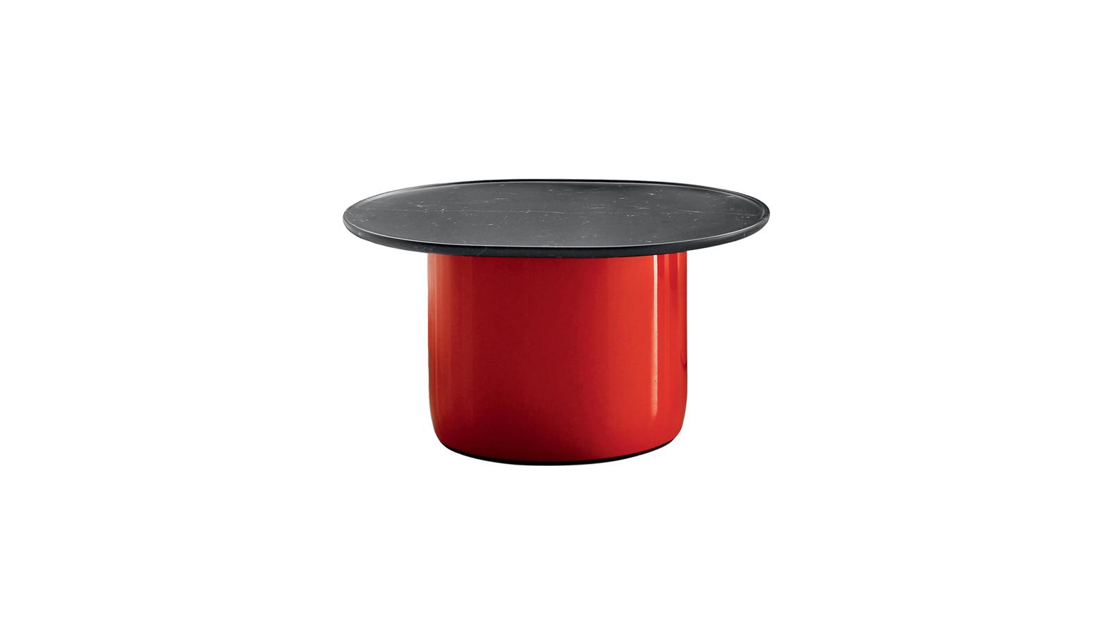 A Button asztal bár első ránézésre egy végtelenül egyszerű bútor, formailag és funkcionálisan is igen komplex. Szokatlan anyag- és színkombinációnak köszönhetően tűnik a bútor egyszerre lágynak és merevnek, szigorúan geometrikusnak és finom vonalvezetésűnek. A lakkozott hengerlábak alul lekerekítettek, hogy oldják a szigorú rendet, az asztallap pedig íveltsége ellenére a vékonyan magasított széleknek köszönhetően éles vonalakat eredményez. A londoni tervezőpáros, Barber & Osgerby stílusjegyei még egy ilyen, látszólag egyszerű darabban is felismerhetőek.
