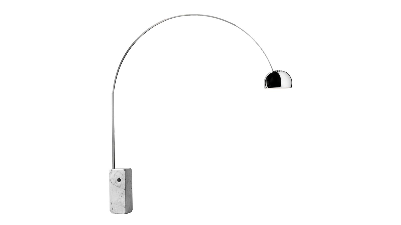 A Flos Arco lámpája reflektorszerű fényt vet a megvilágított területre. A vastagított fehér márvány talpazat eleganciát, tisztaságot, visszafogottságot kölcsönöz a fényforrásnak. A forgatható lámpafej és az állítható magasságú tartóelem miatt variábilis, flexibilis eleme lehet bármely szobának. A fejrész lakkozott alumínumfelülete ezüstösen csillog, így az Arco bár glamúros darab, mégis szerény tud maradni. Akár minimalista, akár luxus enteriőrről van szó, az Arco lámpával nehéz mellélőni!