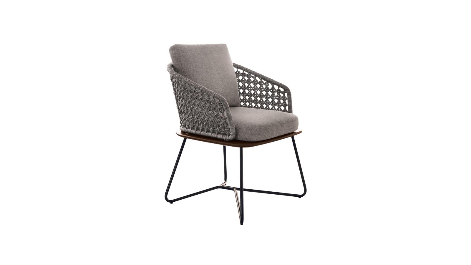 A Rivera kollekció a retro elegancia kortárs értelmezését nyújta egy kis mediterrán csavarral. A designt az a szándék vezérli, hogy kontrasztokkal és egyedülálló anyagkombinációkkal kísérletezzen, mely végül a kültéri terek meghitt és otthonos kellékkévé varázsolja a bútorokat. A Rivera kollekció két- és háromüléses kanapét, foteleket, puffot, dohányzóasztalt és széket tartalmaz, amelyek meghatározzák a retro eleganciát a mai nyelven, és innovatív anyagok felhasználásával idézik elő a meleg, tipikusan mediterrán környezetre emlékeztető érzéseket, akár tóparton, verandán vagy tengerre néző teraszon üldögélünk.