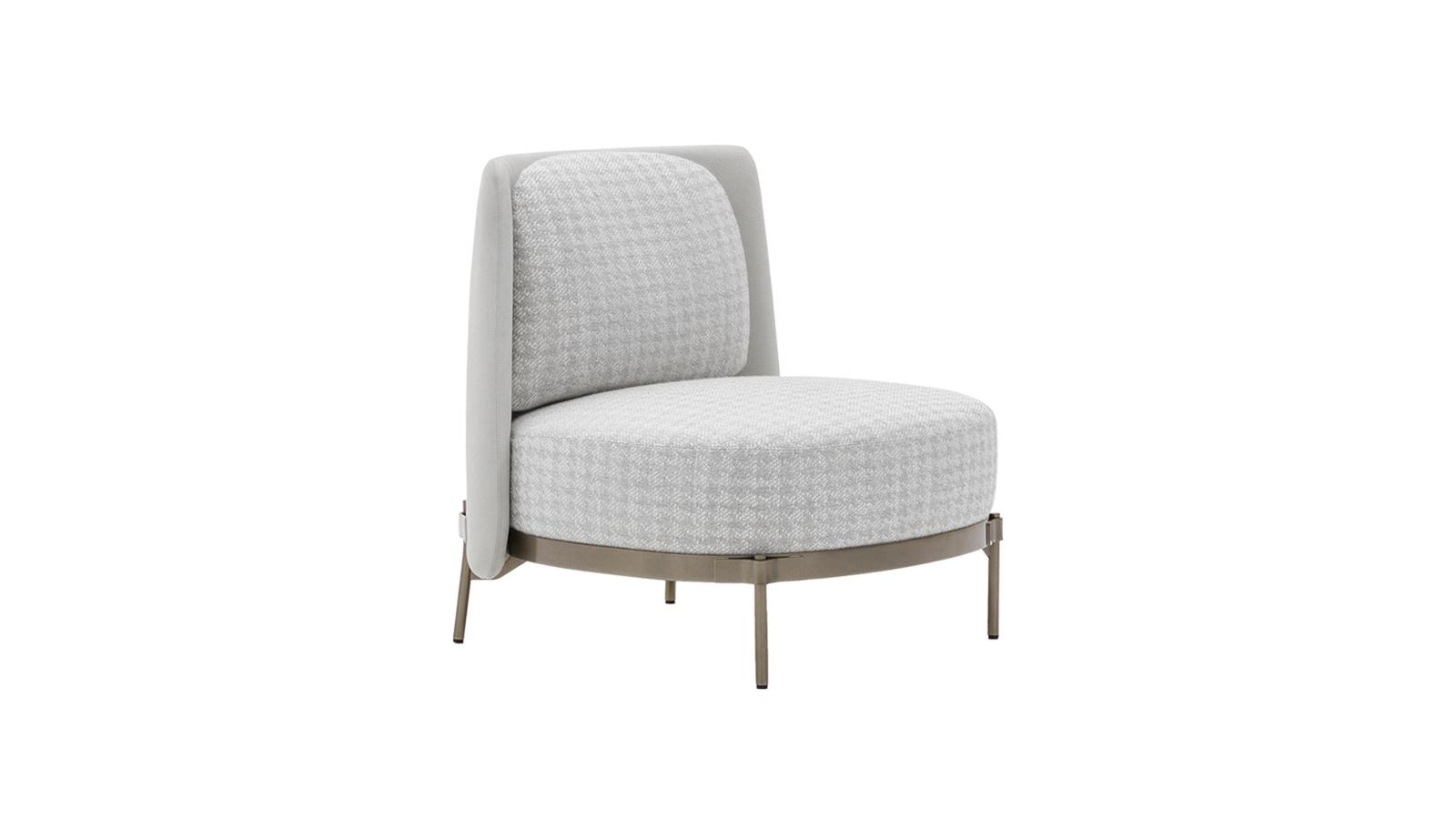A Tape iróniája a részletekben rejlik: a hagyományosan a bútortestbe simuló tartólábak markánsak, a háttámlát pedig mintha az üléshez tapasztották volna. Ez persze senkit ne tévesszen meg, hiszen különösen strapabíró és időtálló fotelről van szó. Kifogástalan arányaival és masszív megjelenésével a nappali barátságos kiegészítőjévé válhat. A Tape bútorkollekció több verzióban is beszerezhető.