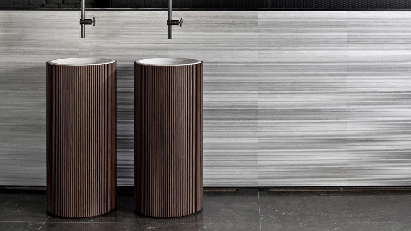 A Salvatori szabadon álló mosdókagylója, az Adda azok kedvence, akik szeretik a természetes kő, márvány látványát fürdőszobájukban. A termék kerek és négyszögletes formában is elérhető, többféle színváltozatban és felülettel is kérhető – a végeredmény mindig egy rendkívül elegáns, nagyvonalú darab lesz, mely a természetes anyagok felhasználásának köszönhetően mindig teljesen egyedi.