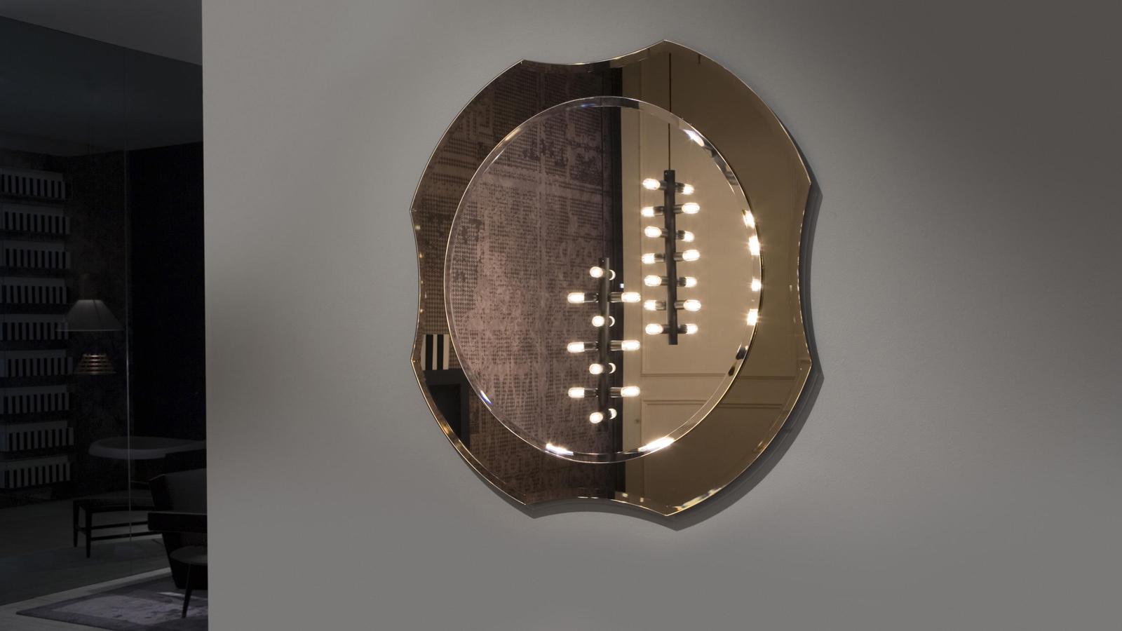 A Luxor tükörkollekciót azoknak ajánlja az antoniolupi, akik a minimalista stílus ellenében vagy mellett enyhén nosztalgikus darabokkal szeretnék berendezni otthonukat. Történelem, hagyomány és régi, közismert formák, melyek akár világítással kombinálva is rendelhetők: a Luxor tükrök otthonunk olyan darabjai lehetnek, melyek biztosan mindenkit emlékeztetnek valamilyen régi-régi tárgyra.